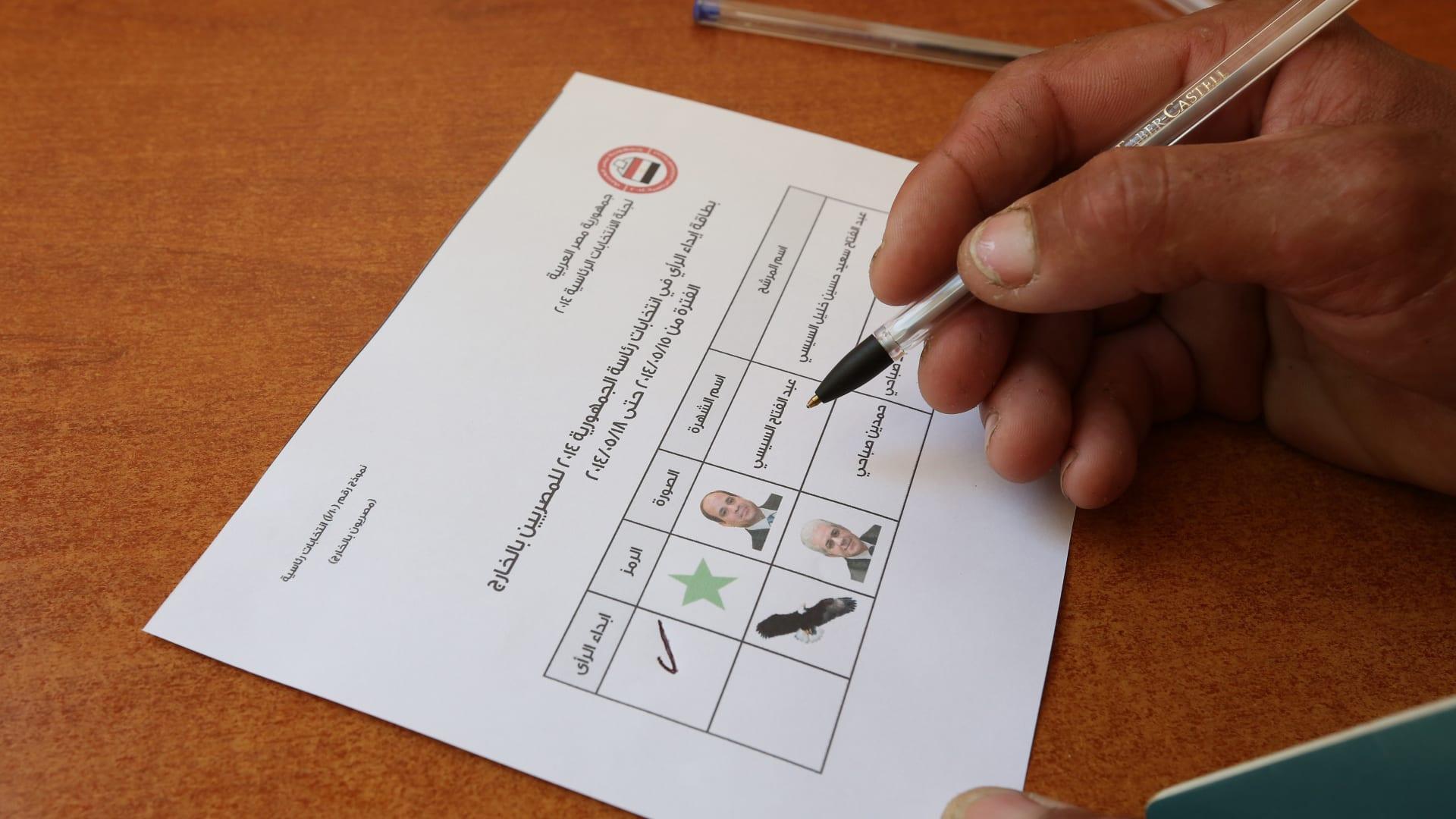 مصري يملأ استمارة الاقتراع في السفارة المصرية بلبنان.