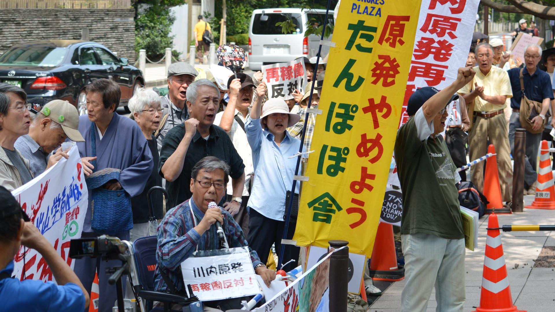 يابانيون يتظاهرون أمام سلطة تنظيم الطاقة النووية، احتجاجا على منحها ترخيصاً لإقامة مفاعلين نوويين جديدين، 10 سبتمبر/ أيلول 2014
