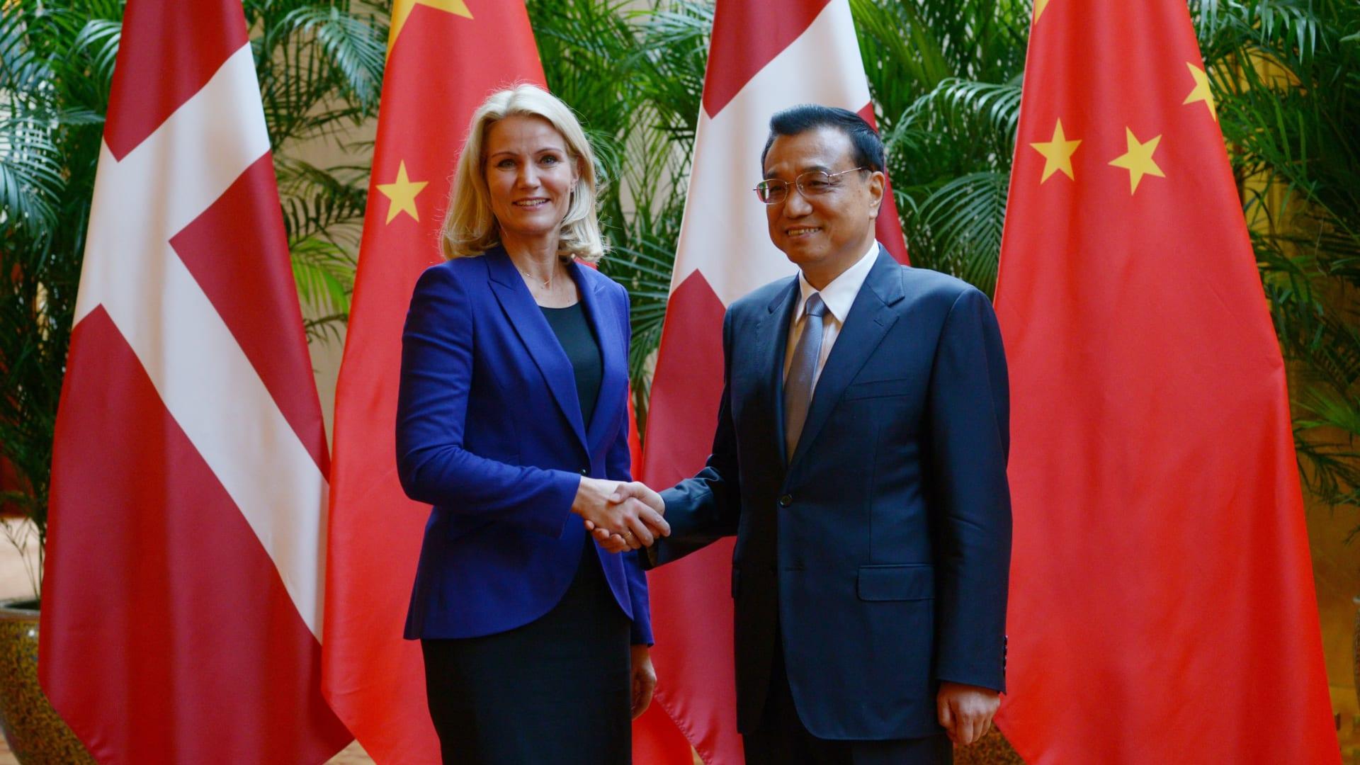 تيانجين، الصين-- رئيسة وزراء الدنمارك هيلي ثروننغ شميدت، تصافح رئيس وزارء الصين لي كيكيانغ قبل عقد اجتماع ثنائي على هامش اجتماع المندى الاقتصادي العالمي، 10 سبتمبر/ أيلول 2014