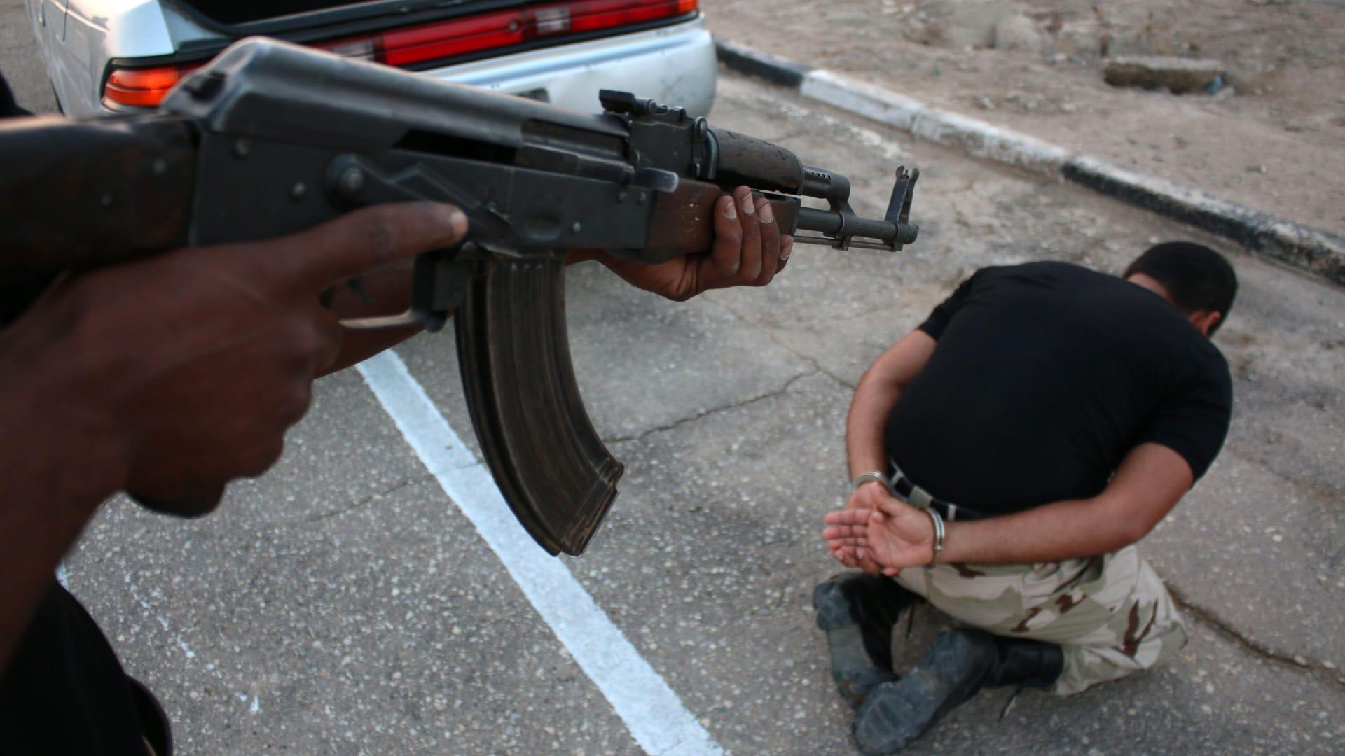 البصرة، العراق-- مقاتل من فوج جديد يستعرض المهارات التي تلقاها في التدريب 9 سبتمبر/ أيلول 2014