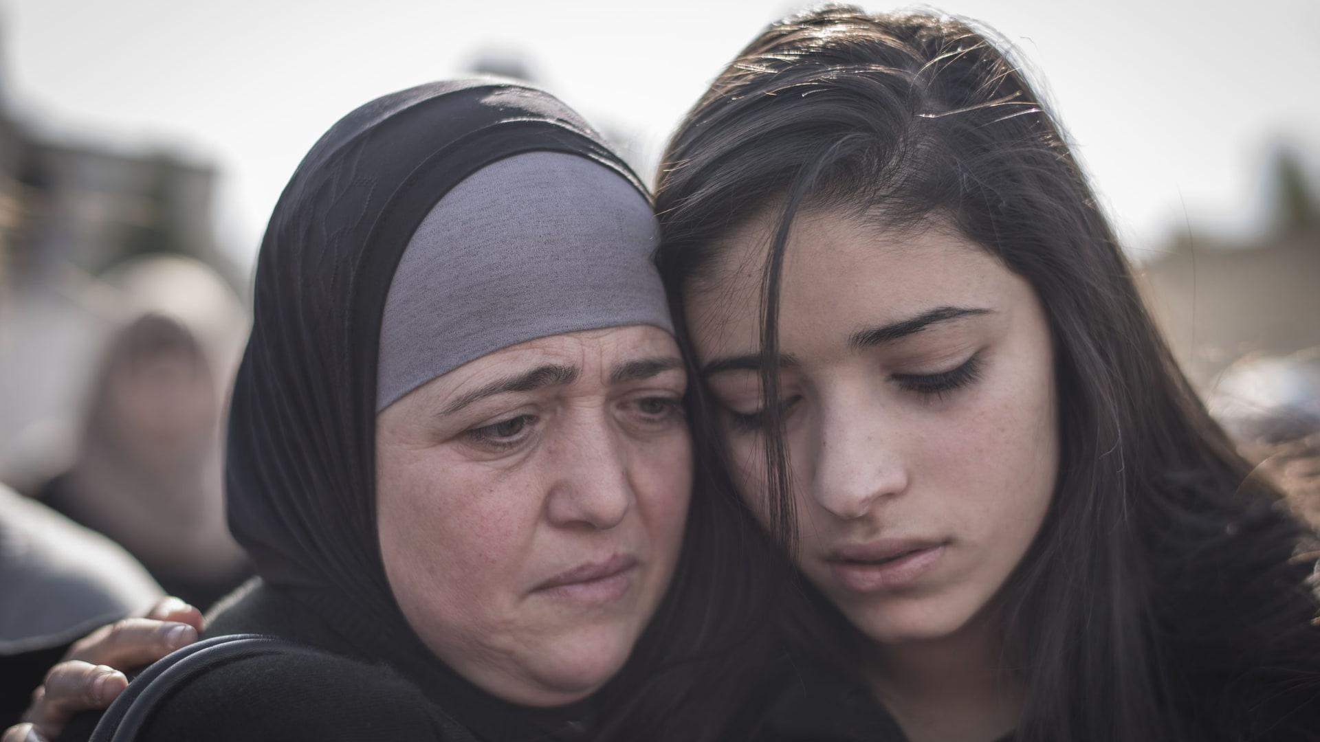 بدا الحزن واضحا على عدد من أفراد عائلة أبو عين خلال جنازته.