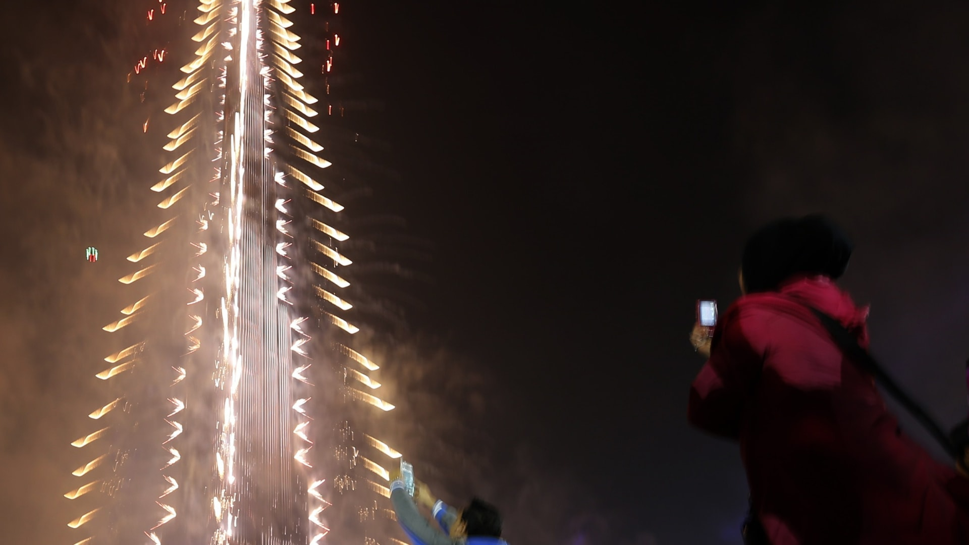 تزين برج خليفة بألوان مختلفة من الألعاب النارية.