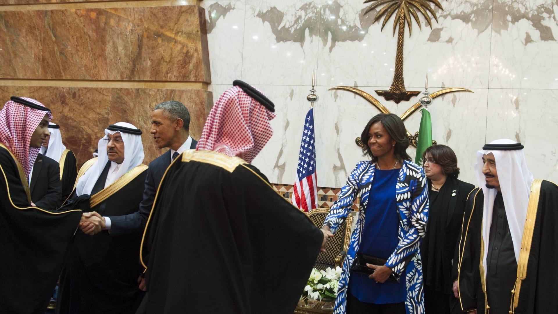 بالصور: زوجة أوباما صافحت العاهل السعودي باليد.. هل من مشكلة في ذلك؟
