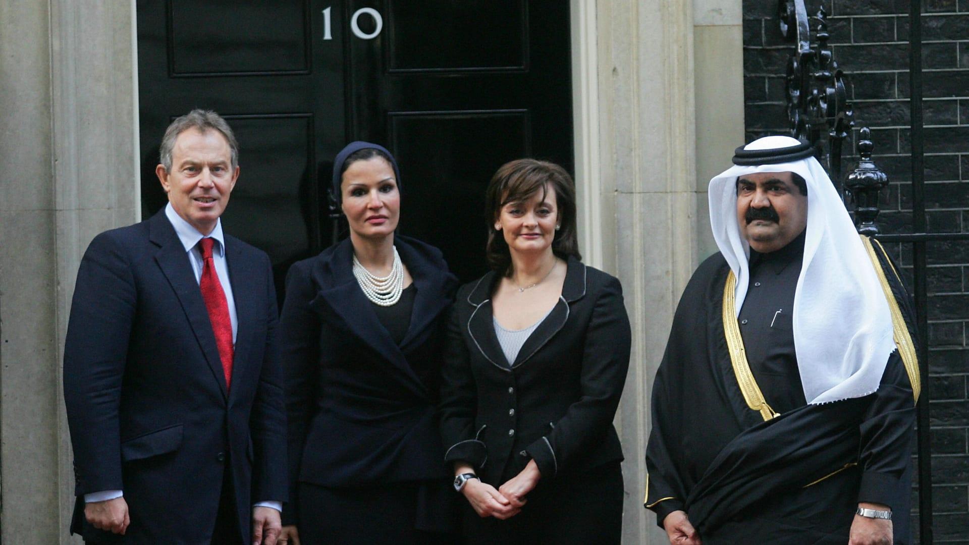 صورة تجمع رئيس الوزراء البريطاني الأسبق طوني بلير وزوجته مع أمير قطر آنذاك الشيخ حمد بن خليفة آل ثاني وزوجته الشيخة موزة بنت ناصر في لندن عام 2006.