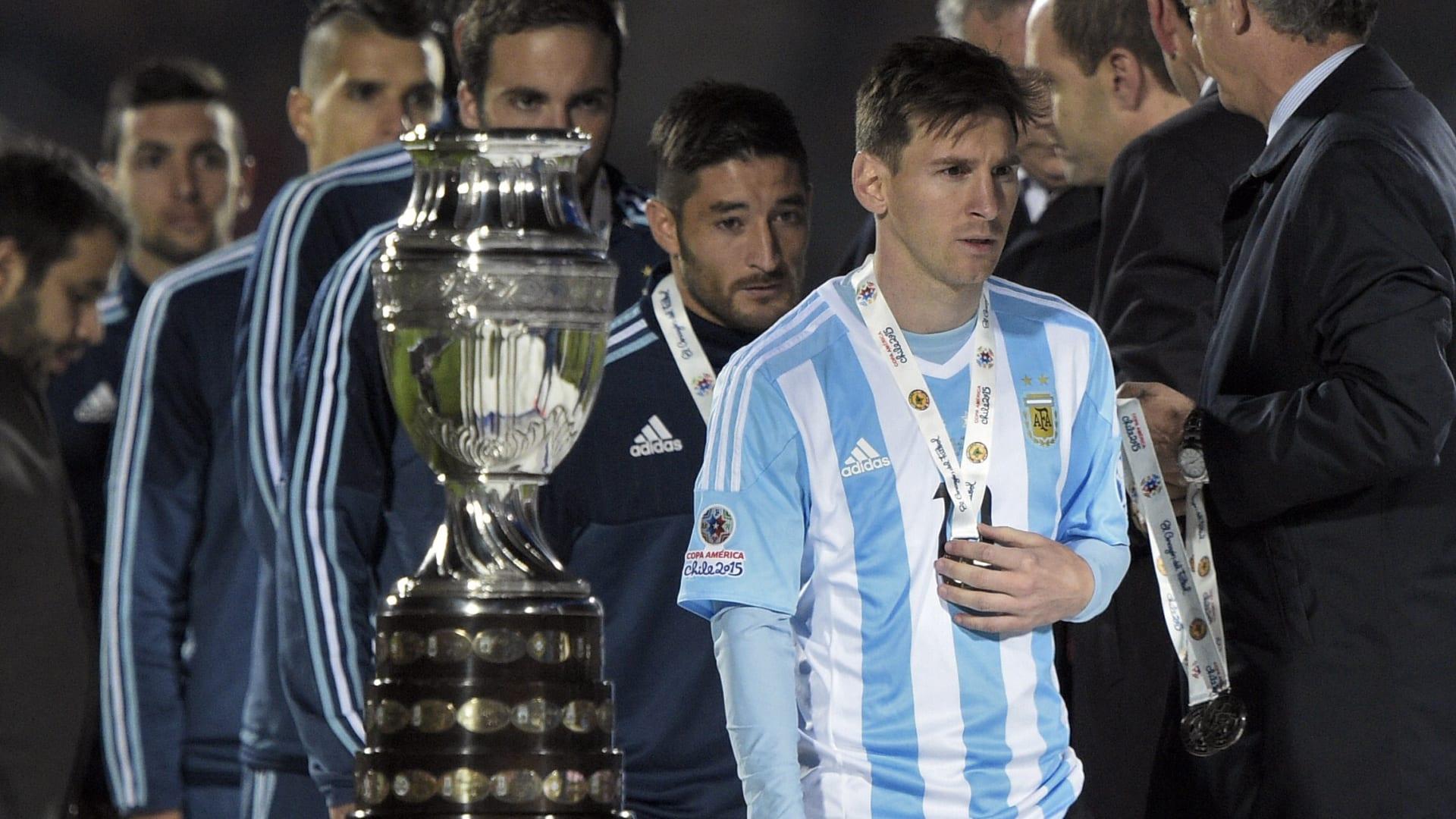 لاعب المنتخب الأرجنتيني ليونيل ميسي يستلم الميدالية الفضية بعد خسارة منتخبه أمام تشيلي.