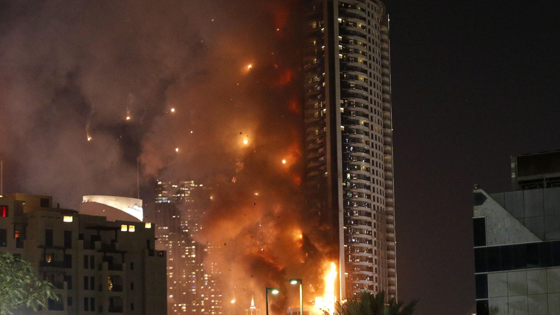 بالصور: من حريق هائل في فندق إلى ألعاب نارية مذهلة.. دبي تودع 2015 وتستقبل 2016