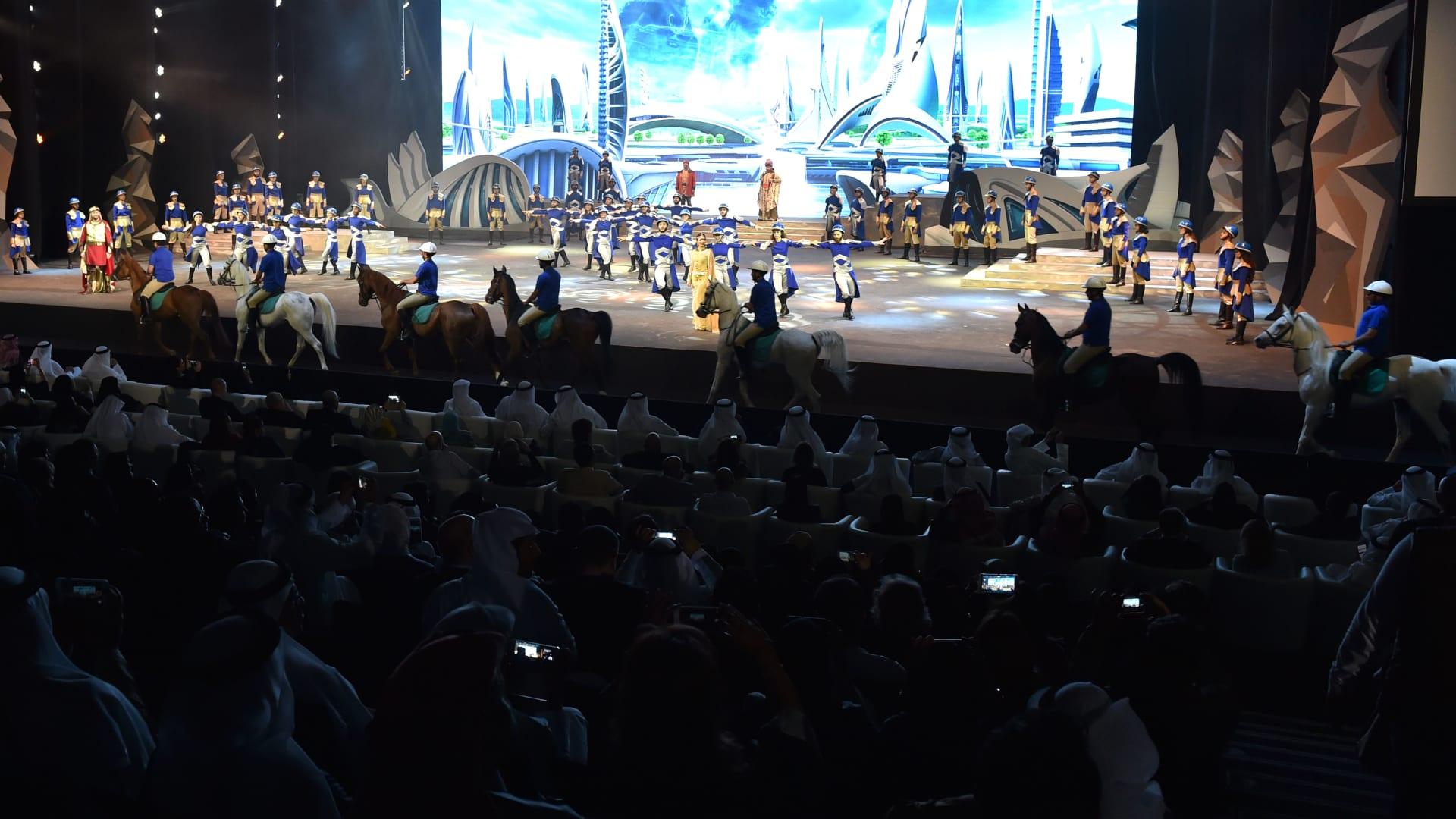 جانب من المسرحية لحظة مرور الخيول على خشبة المسرح.