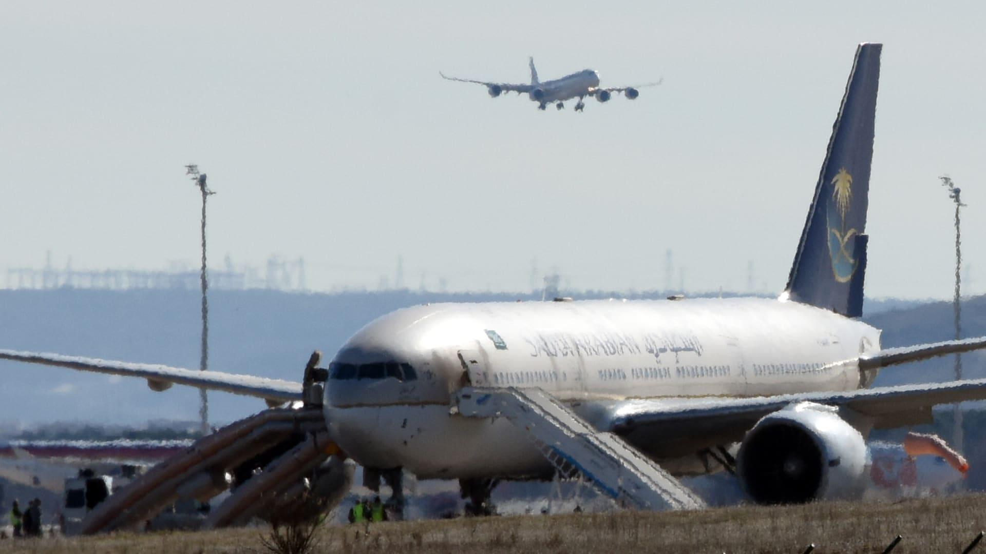 رسالة معلقة بسكين على متن طائرة سعودية في مدريد تهدد بوجود قنبلة.. والطيران السعودي: إنذار كاذب