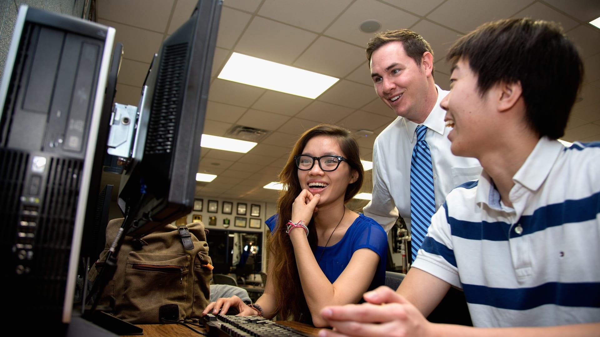 يعتمد الكثير من الطلاب بشكل كثير على الموارد الإلكترونية التي تقدمها جهات تعليمية، ولكنها هي أيضا، وفقا لمولر، لن تبقى سوى مورد تعليمي، ولن تحل مكان الأستاذ أو الصف أو المدرسة.