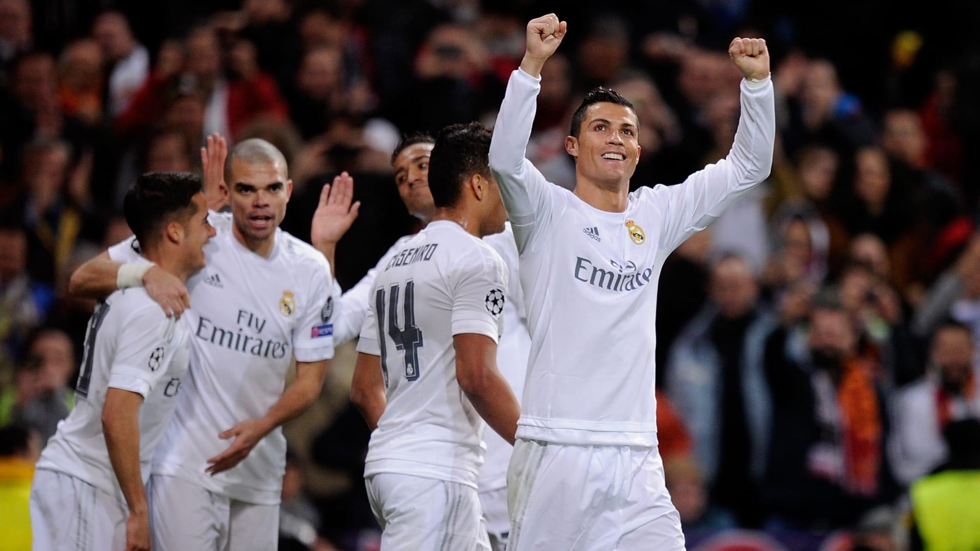 لاعب نادي ريال مدريد كريستيانو رونالدو يرفع يديه فرحا بعد تسجيله الهدف الأول لفريقه أمام نادي روما.