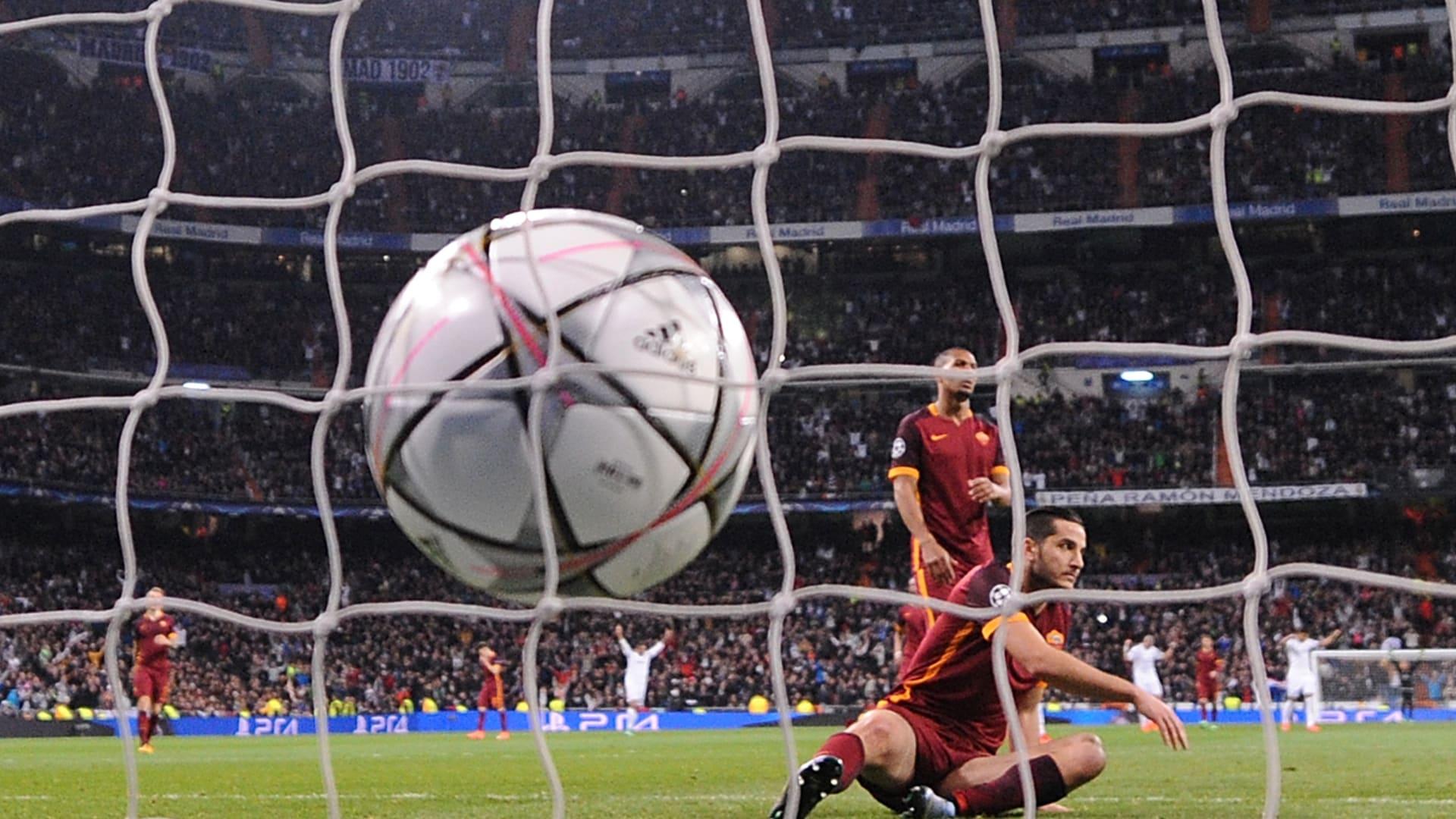 لاعبون من نادي روما يتابعون الكرة التي استقرت في شباك فريقهم بركلة من خاميس رودريغيز، لاعب نادي ريال مدريد