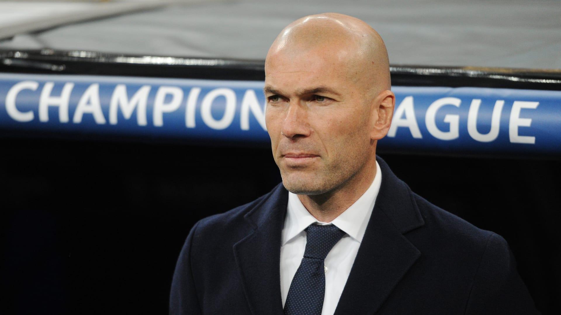زين الدين زيدان، مدرب نادي ريال مدريد، يتابع المباراة