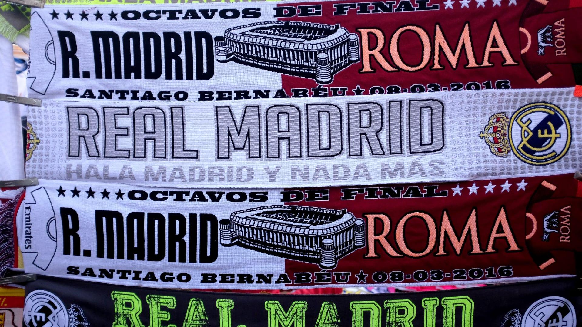 شالات تحمل اسمي الناديين تباع خارج الملعب في مدريد