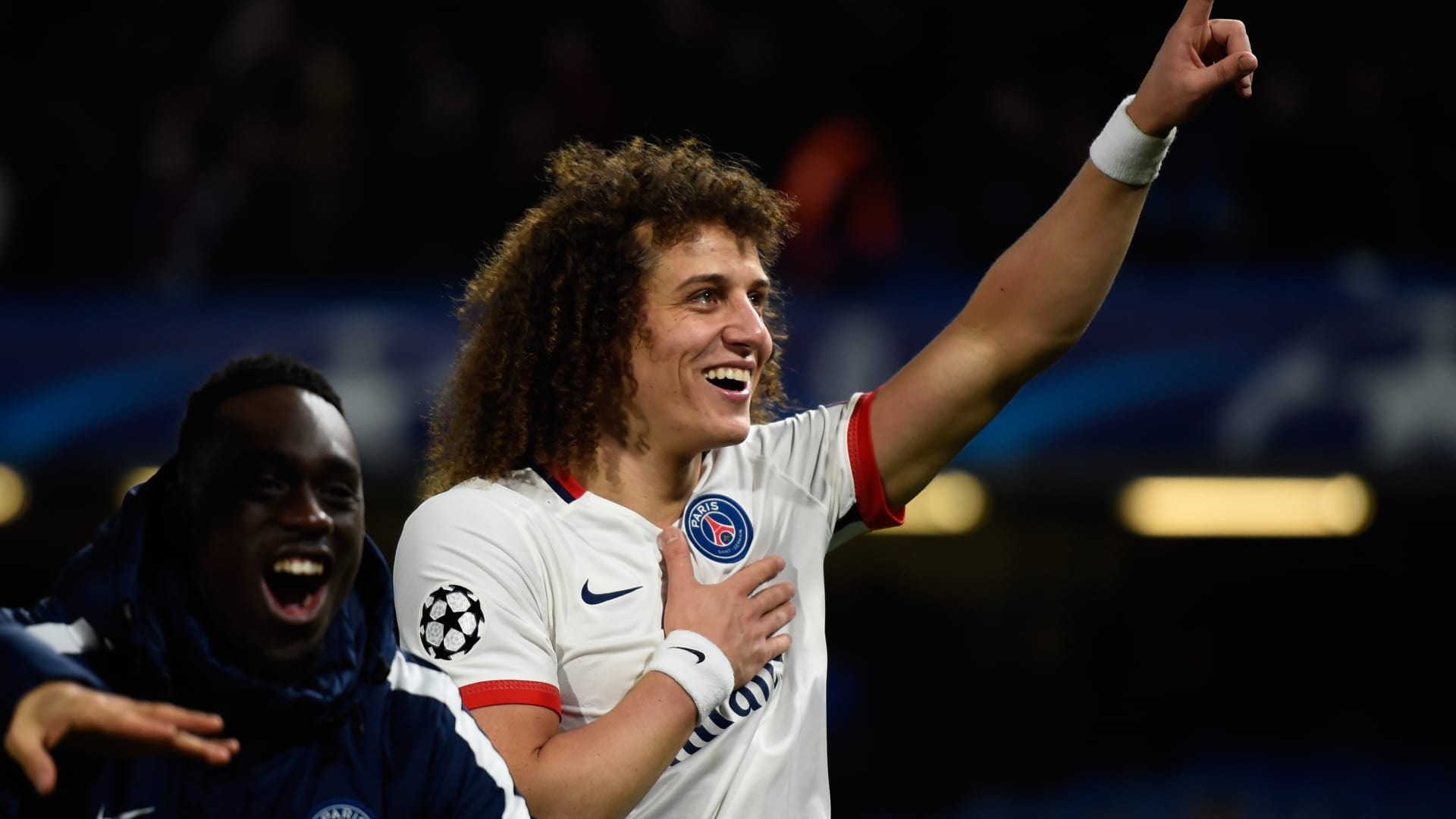 لاعب نادي باريس سان جيرمان ديفيد لويز يحيي الجمهور ضاحكا بعد فوز فريقه على تشيلسي.