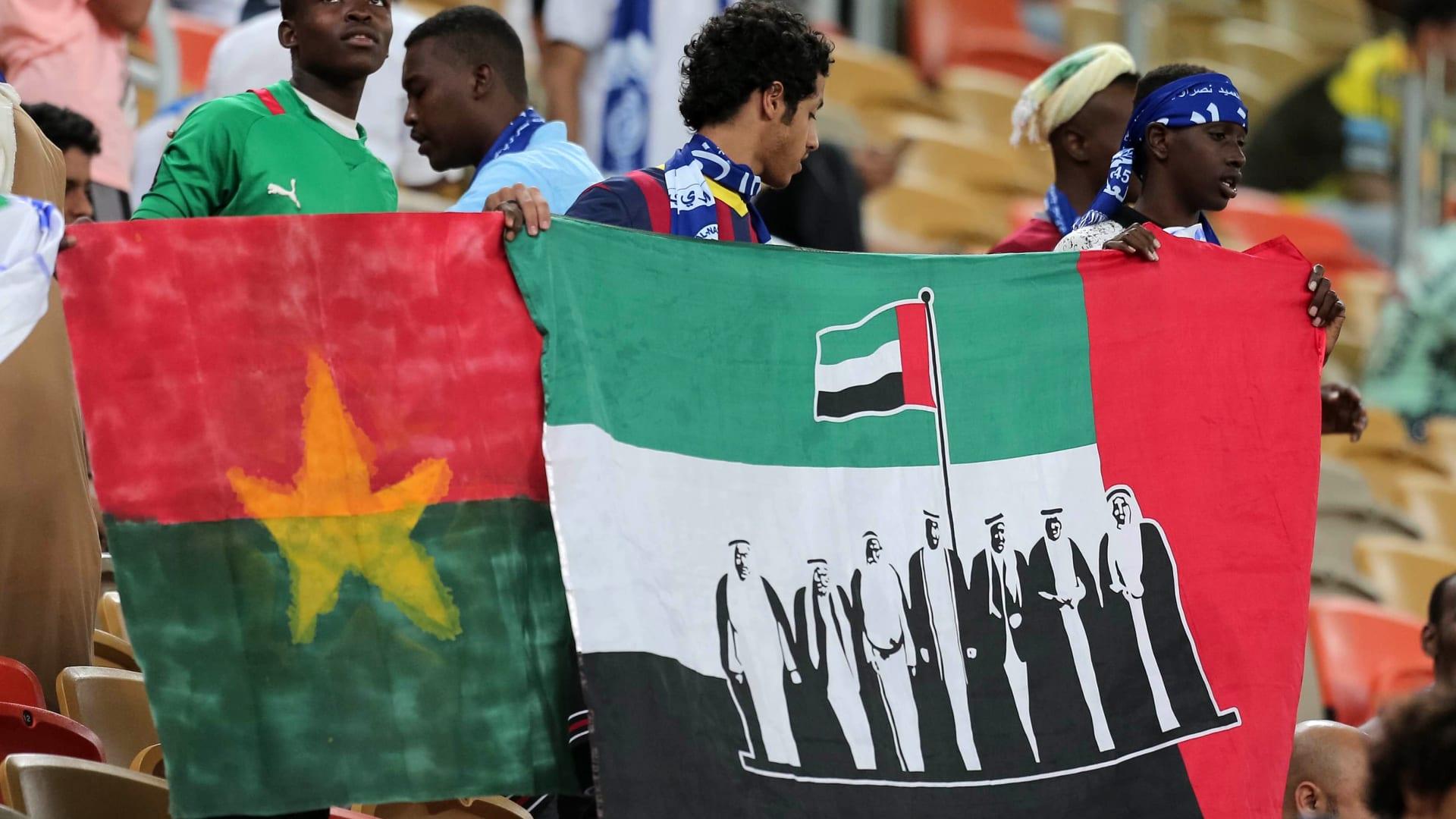 مشجعو نادي النصر الإماراتي خلال متابعتهم المباراة