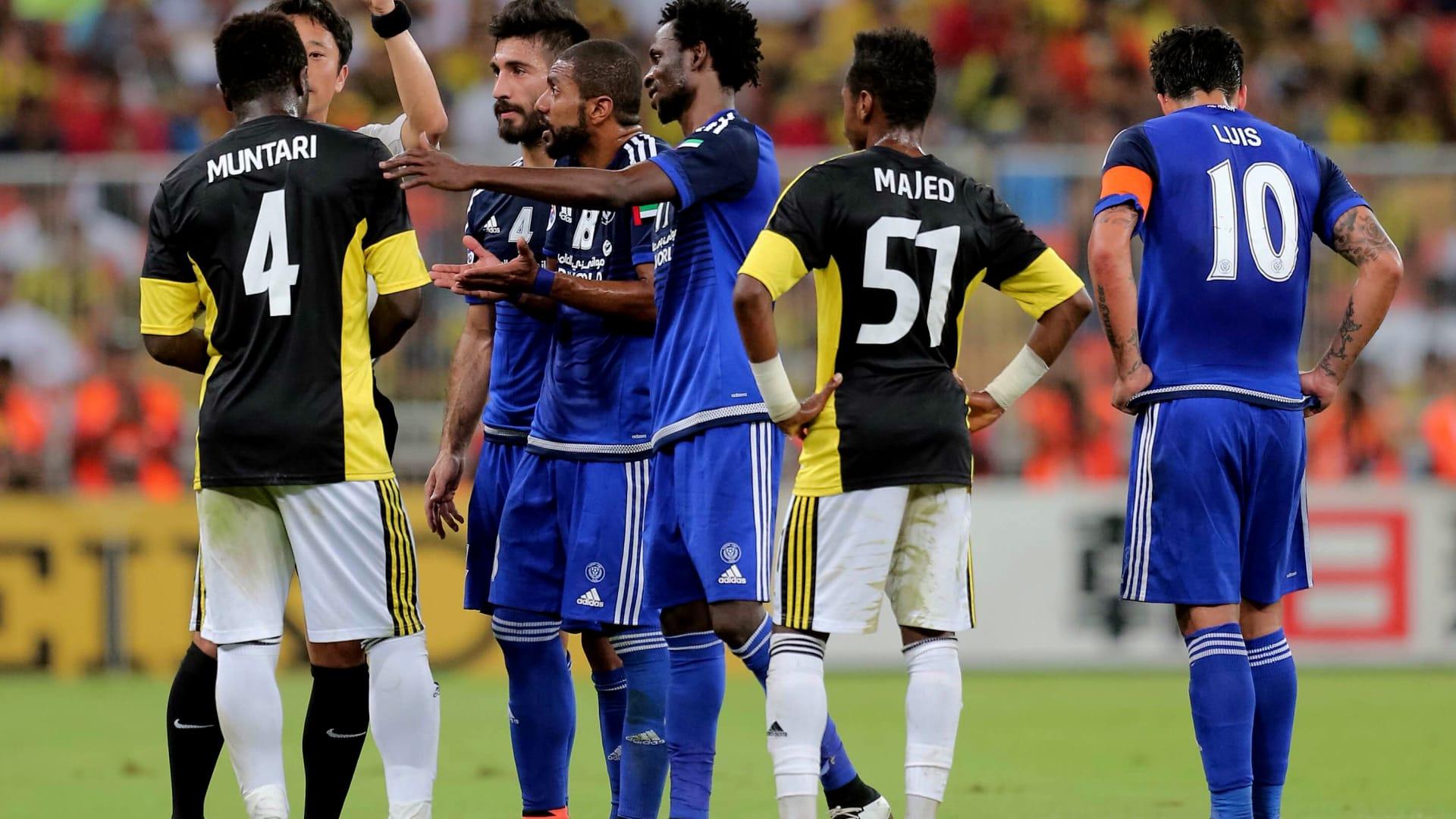 حكم المباراة يشهر البطاقة الصفراء في وجه لاعب نادي الاتحاد السعودي سولي مونتاري