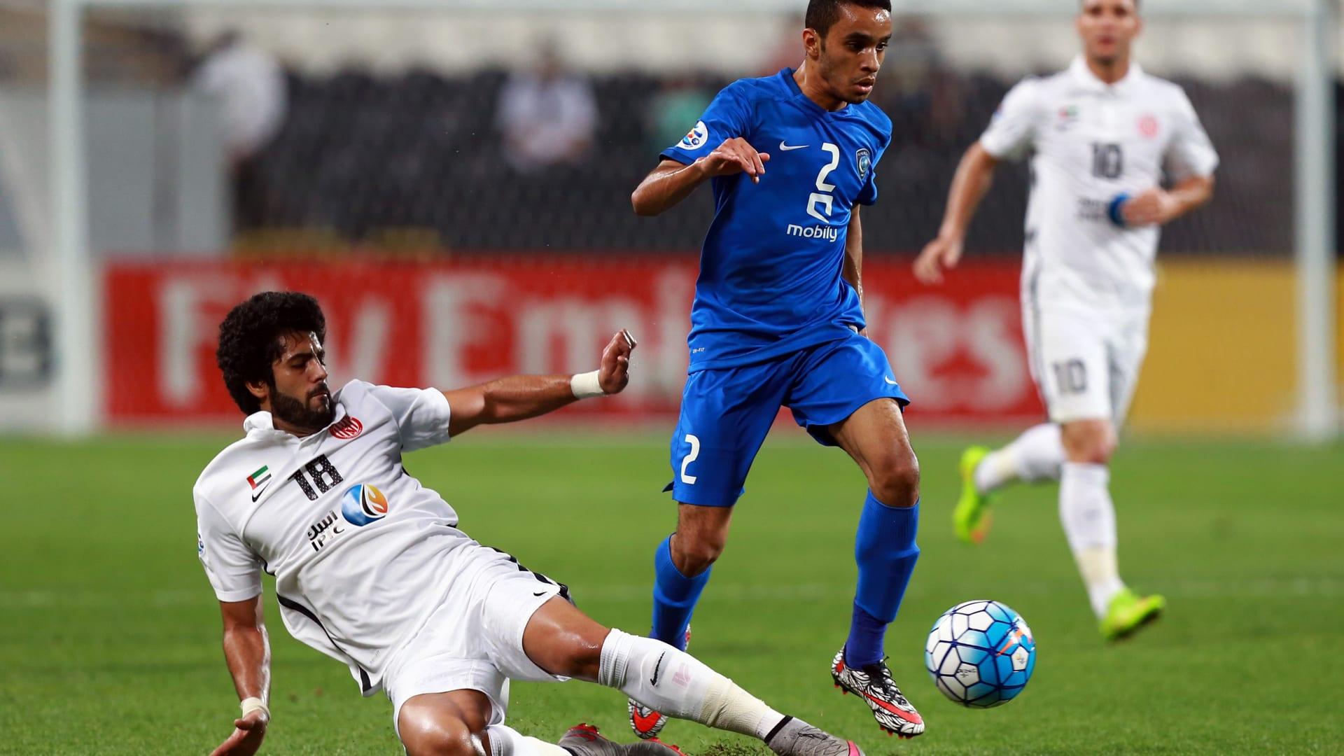 لاعب الجزيرة الإماراتي عبدالله موسى يحاول خطف الكرة من لاعب الهلال السعودي محمد البريك