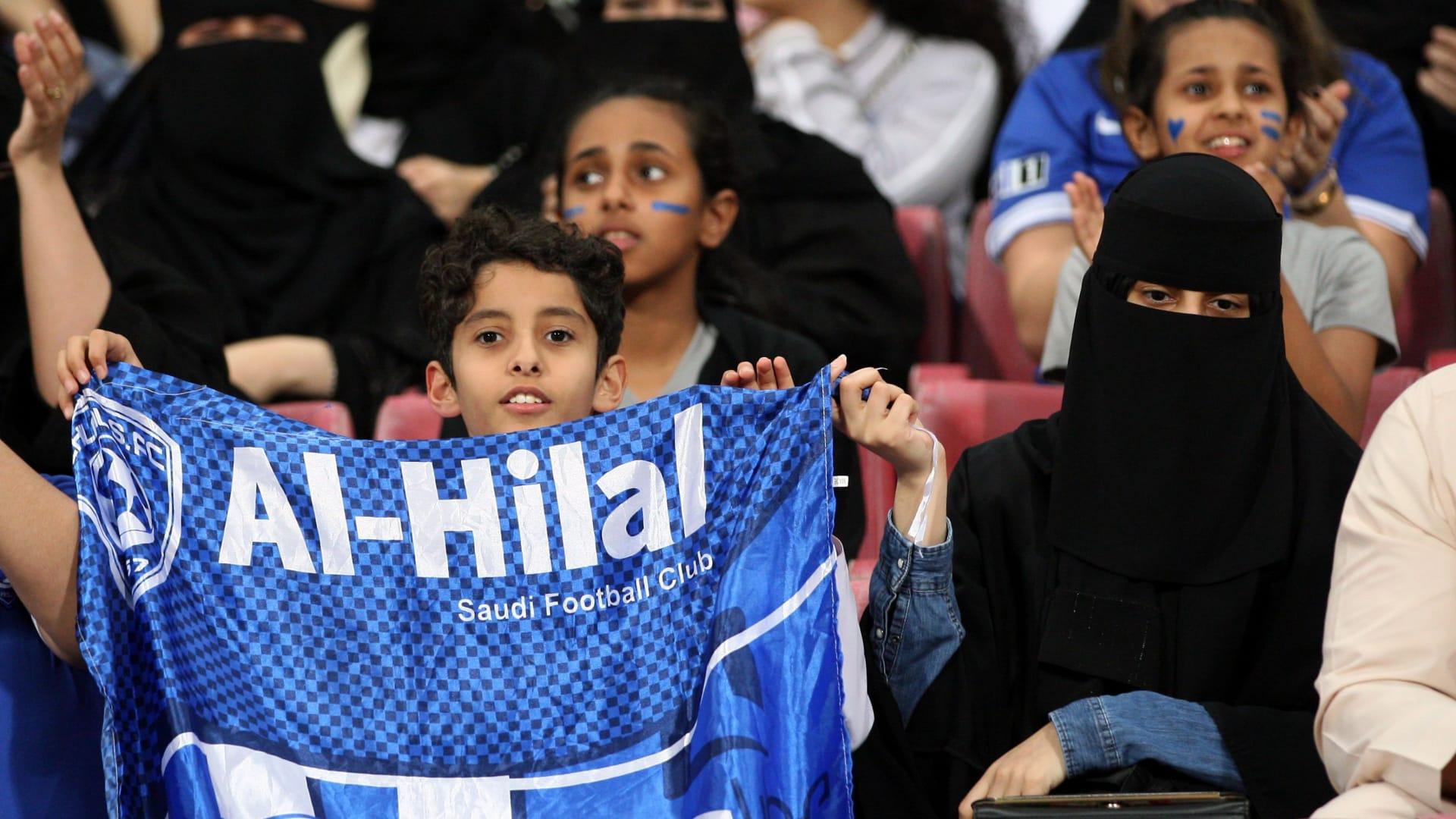 عدد من مشجعي نادي الهلال السعودي يتابعون المباراة التي أقيمت على استاد محمد بن زايد في أبوظبي