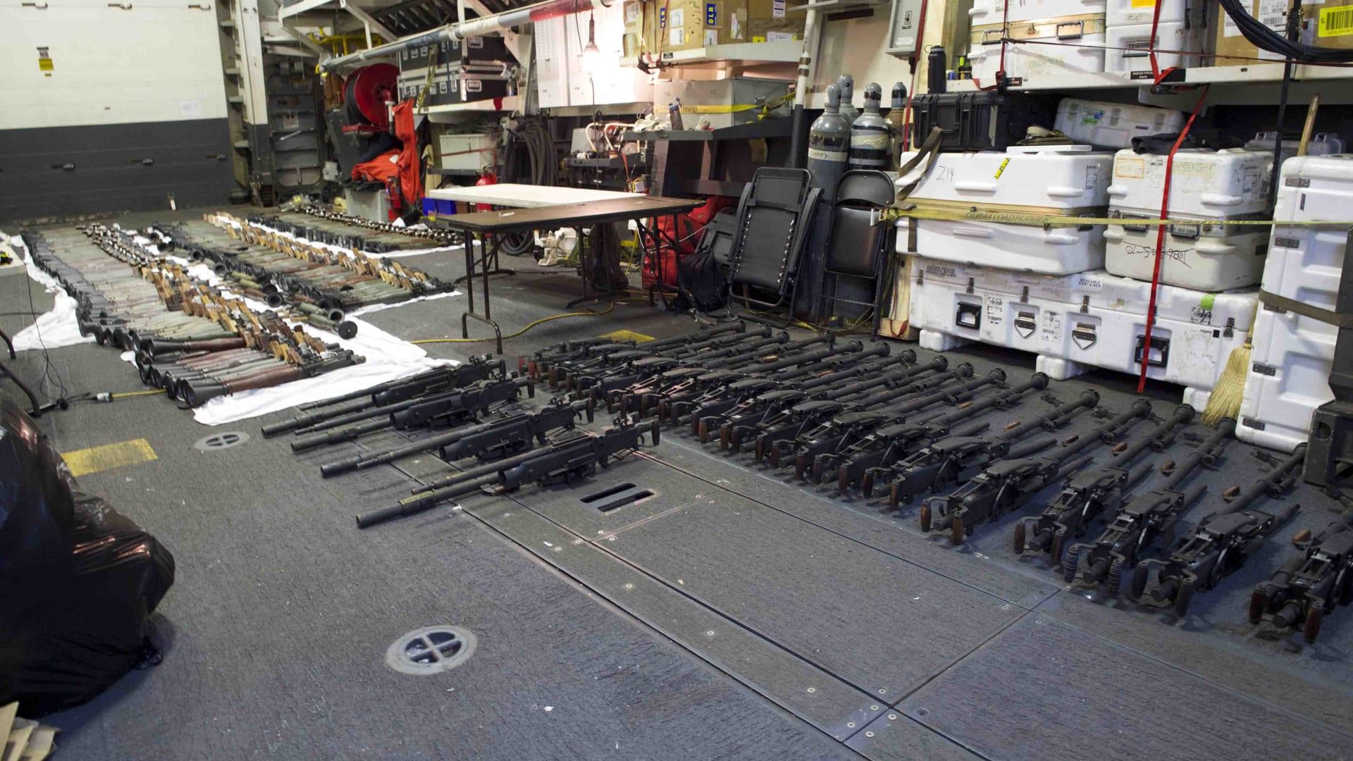 رالبحرية الأمريكية: ضبط ثالث شحنة أسلحة غير مشروعة خلال أسابيع يُشتبه بإرسالها من إيران إلى الحوثيين