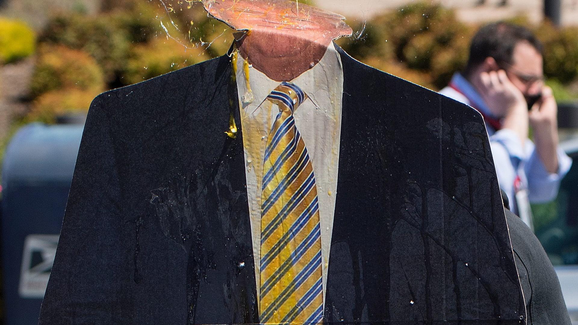 """بالصور: كيف استُقبل ترامب في المؤتمر الجمهوري بكاليفورنيا؟ بالصدور العارية والبيض و""""البينياتا"""""""