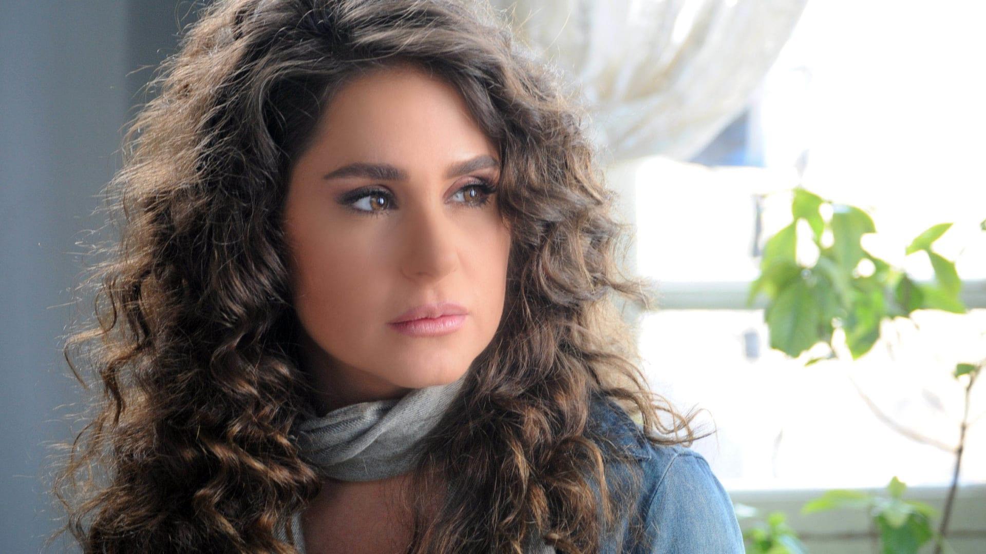 الممثلة ديما قندلفت بدور دينا في المسلسل.