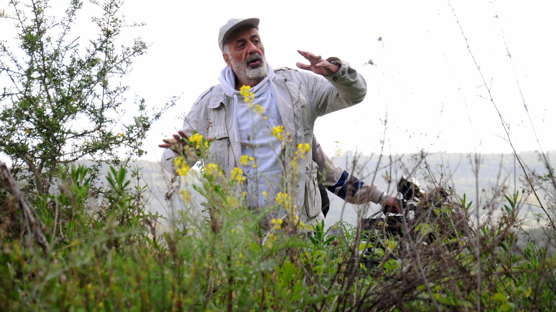 المخرج أيمن زيدان بين أحضان الطبيعة الساحرة في أحد مواقع التصوير.