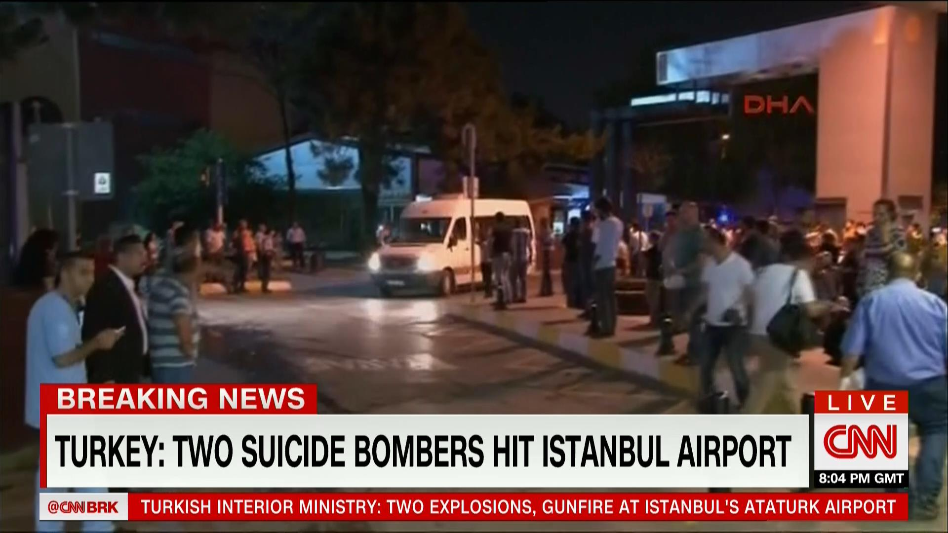 بالصور: المشاهد الأولية لثلاثة تفجيرات انتحارية في مطار أتاتورك الدولي بإسطنبول
