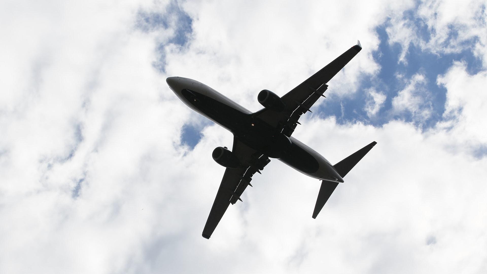 مسؤول أمريكي لـCNN: معلومات حول مخططات القاعدة وراء حظر الإلكترونيات على الطائرات