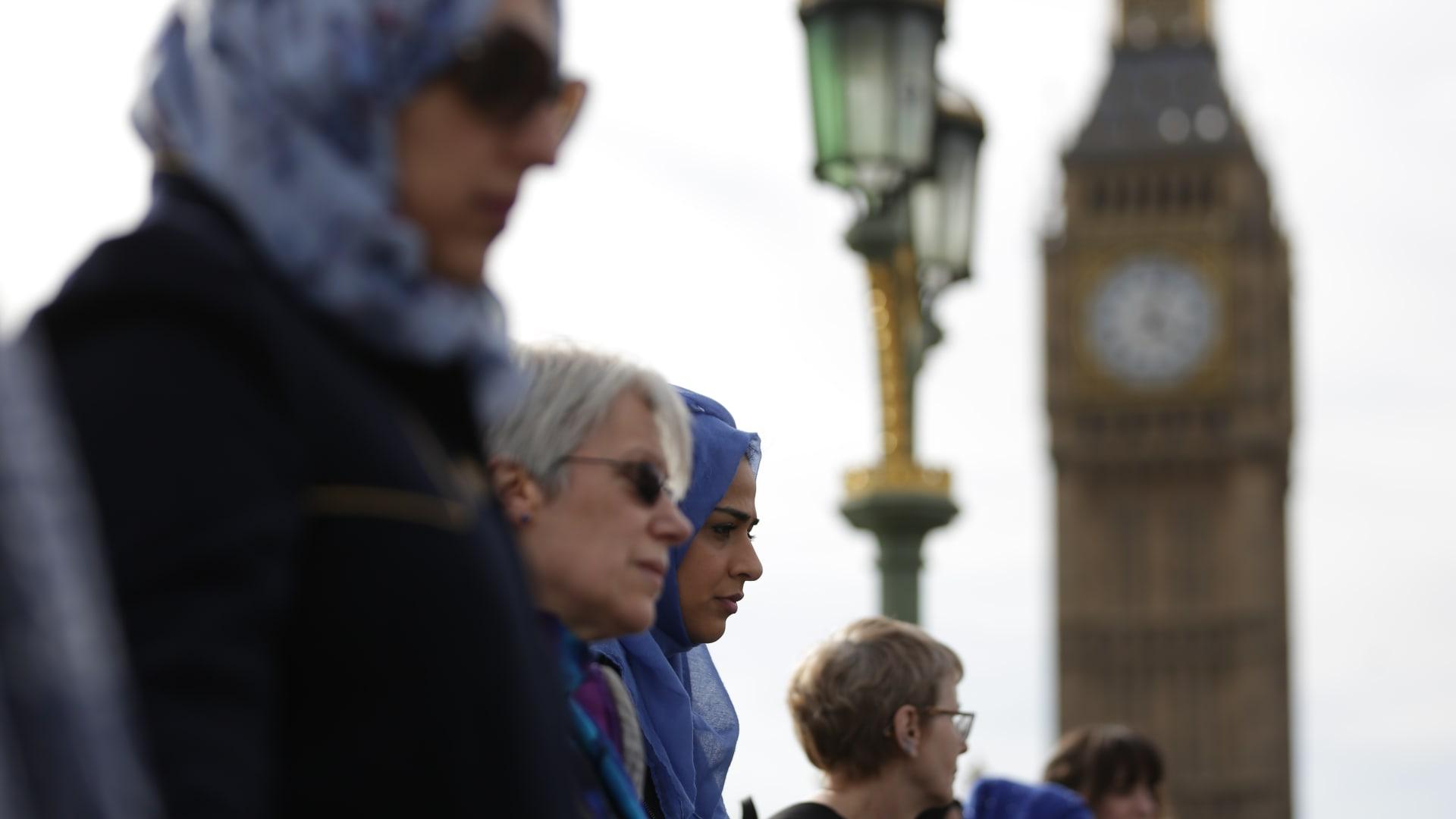 بالصور.. مسلمات بريطانيا في وقفة تضامنية مع ضحايا هجوم لندن