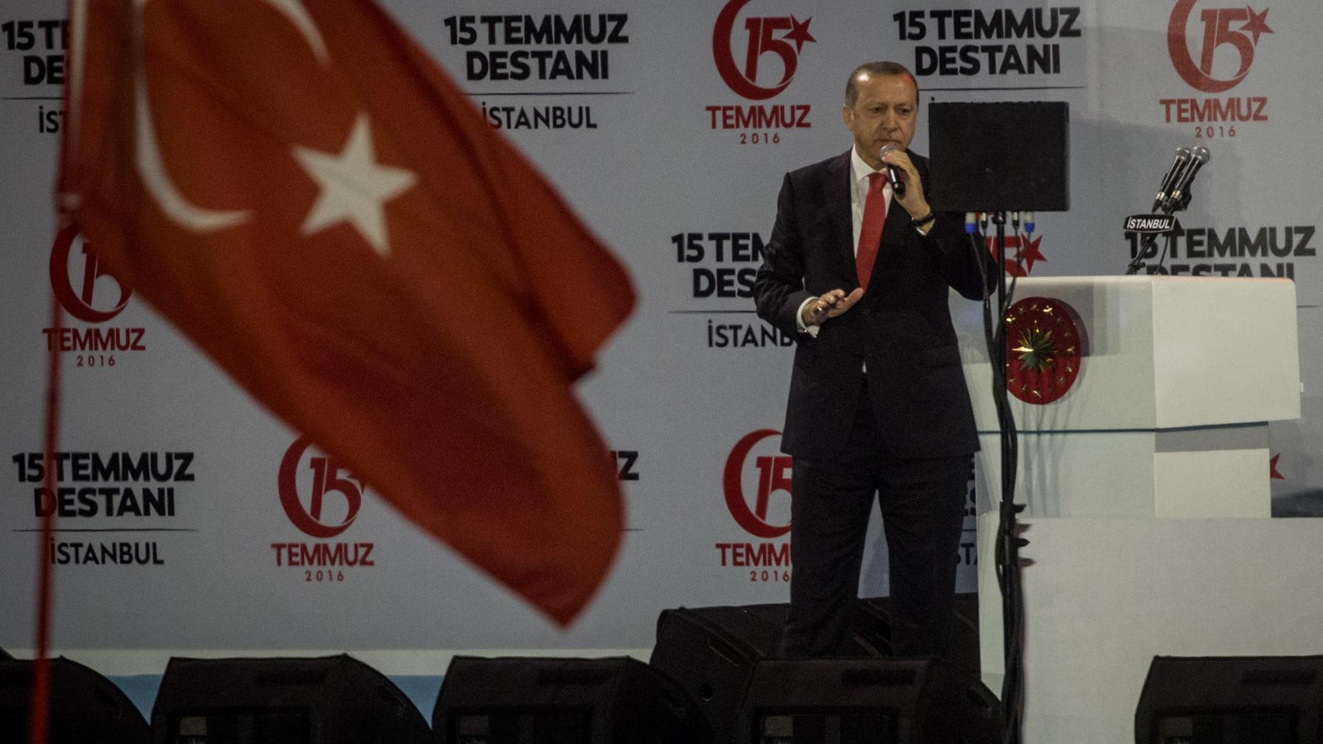 أردوغان بذكرى الانقلاب الفاشل: سنقطع رؤوس الخونة