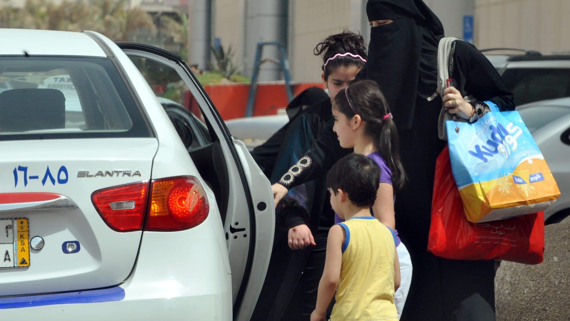 عبداللطيف آل الشيخ: قرار السماح بقيادة المرأة يساعد على الاستغناء عن السائق الأجنبي في السعودية