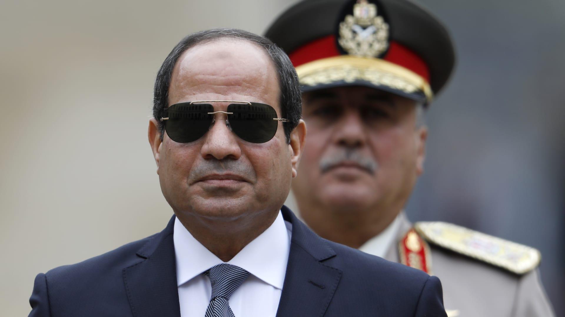 """السيسي يأمر الجيش باستعادة الأمن بسيناء واستخدام """"كل القوة الغاشمة"""""""