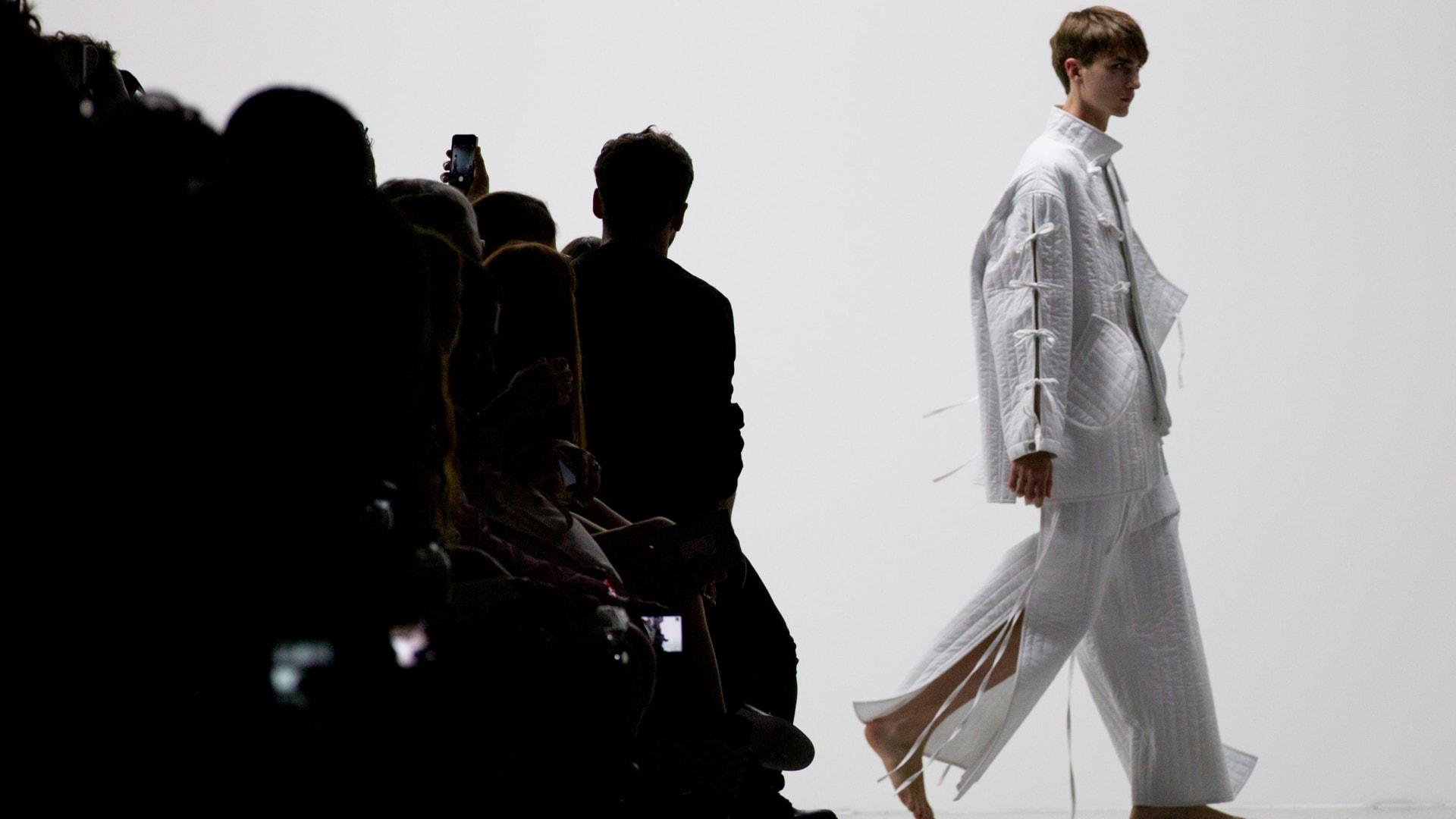 كيف أعاد مصمم الأزياء هذا تعريف الإطلالات الرجّالية؟