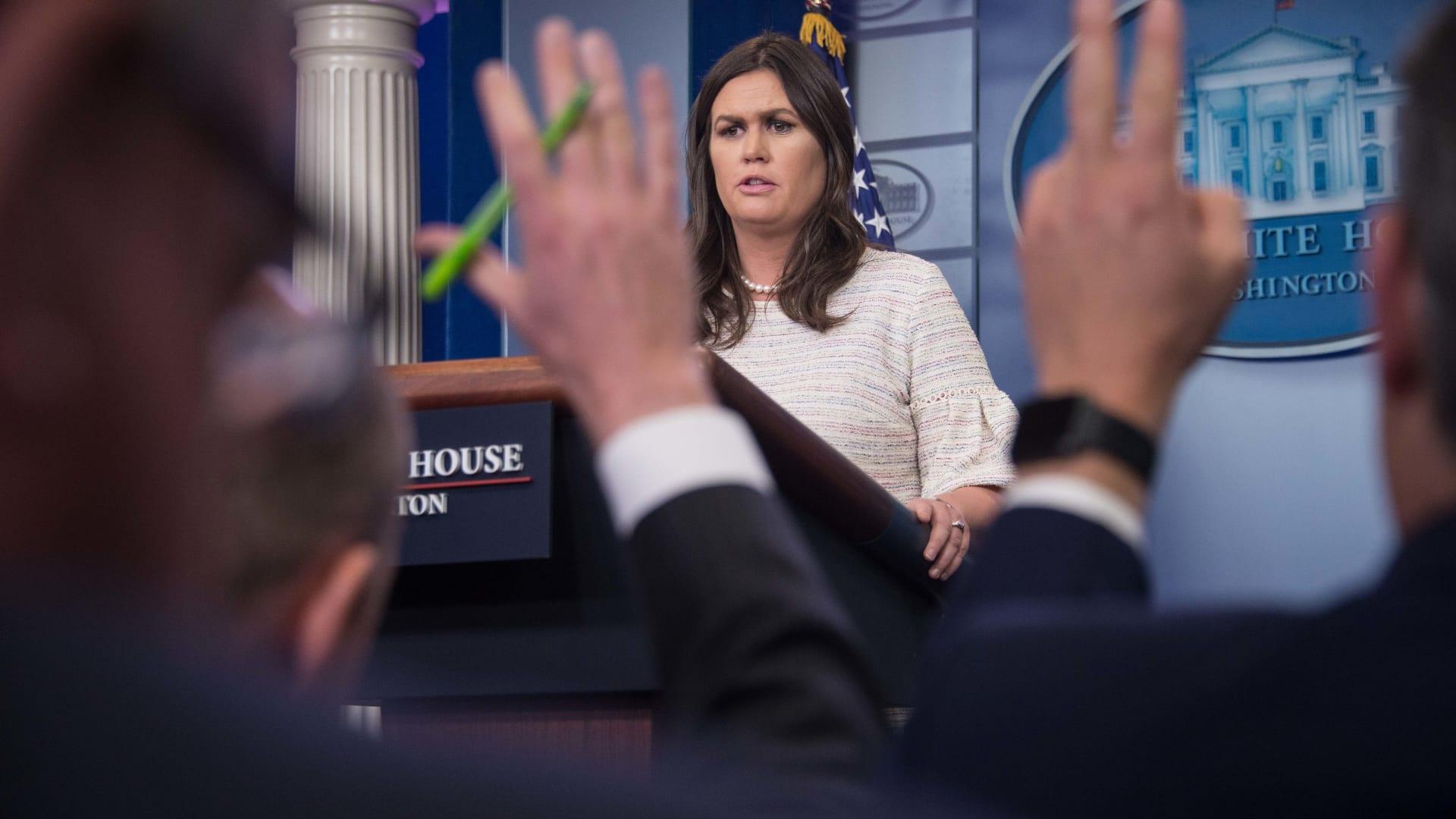 البيت الأبيض: كل الخيارات مطروحة حول سوريا وأحدها الضرب بالصواريخ