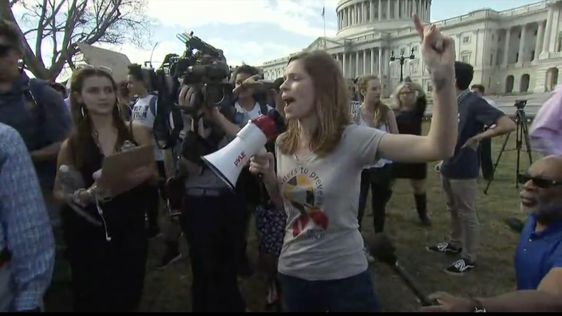 شاهد.. آلاف الطلاب يتظاهرون ضد عنف السلاح بأمريكا