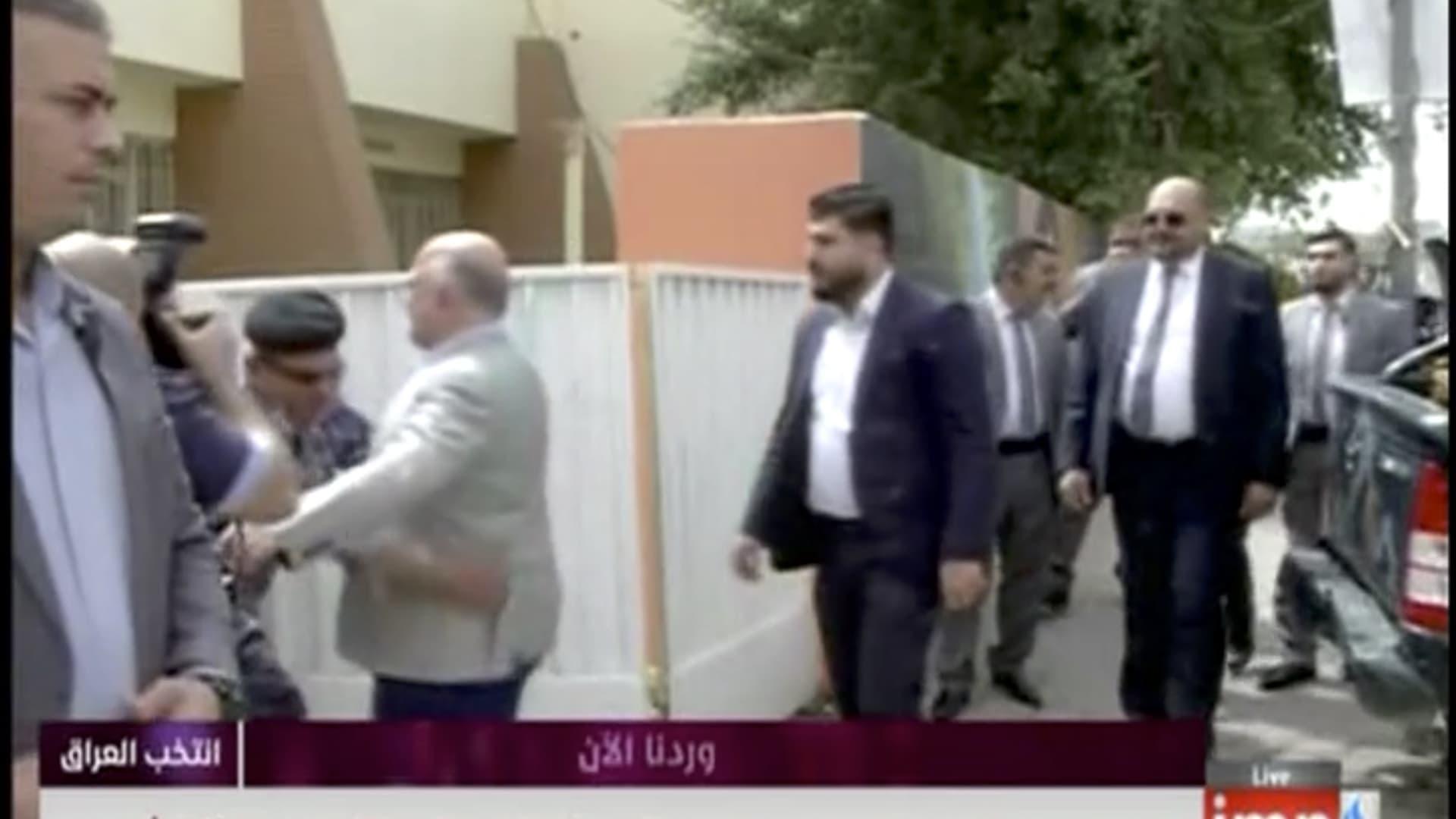 شاهد.. العبادي يخضع للتفتيش قبل الإدلاء بصوته في الانتخابات البرلمانية