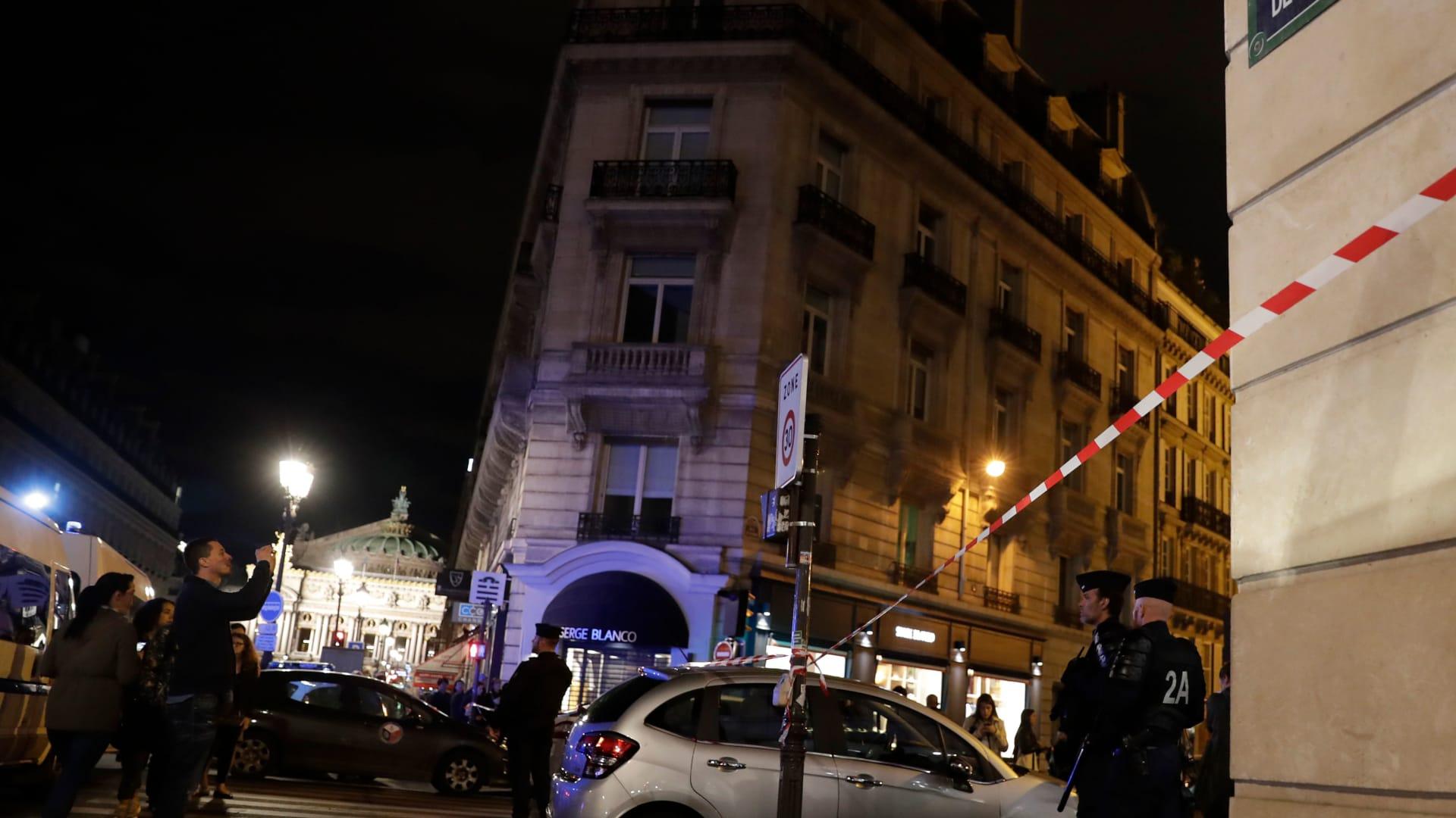 هجوم بالسكين في باريس يسفر عن وقوع ضحايا