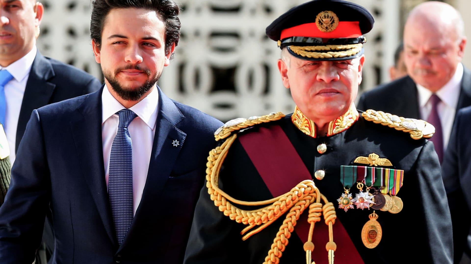 ولي عهد الأردن يزور قوات الأمن ويطالب بحماية المحتجين