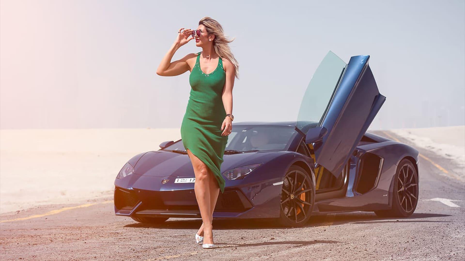 """إليان عامر بالقرب من سيارتها من طراز """"لامبورغيني"""""""