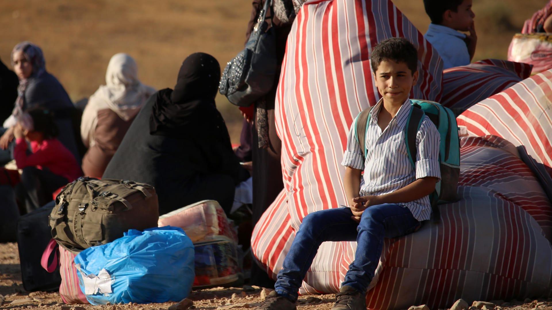 """الحدود مغلقة.. 120 ألف سوري يهربون من """"الموت"""" في درعا"""