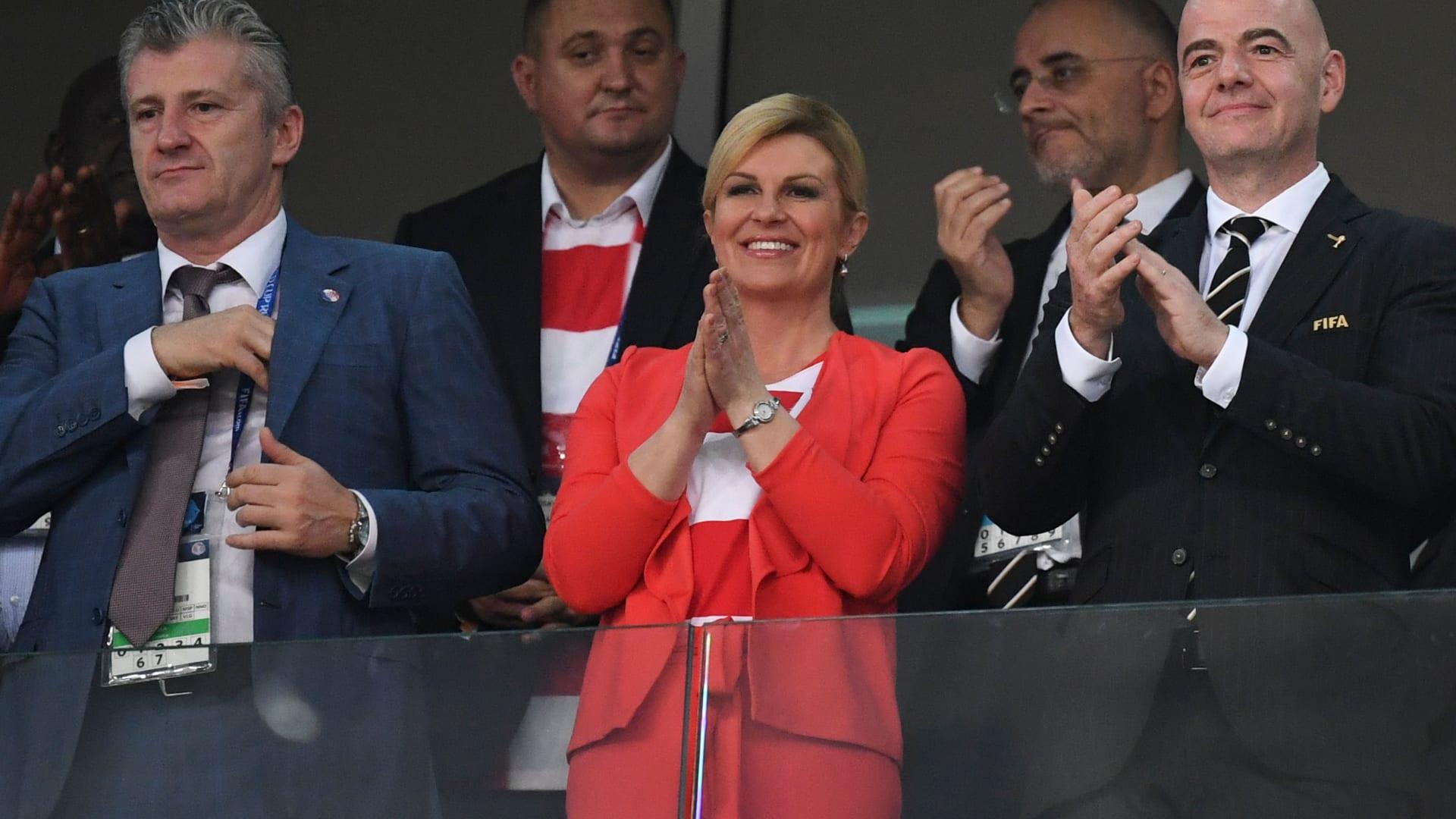 رئيسة كرواتيا تخطف الأنظار خلال لقاء روسيا.. وهكذا احتفلت مع لاعبيها