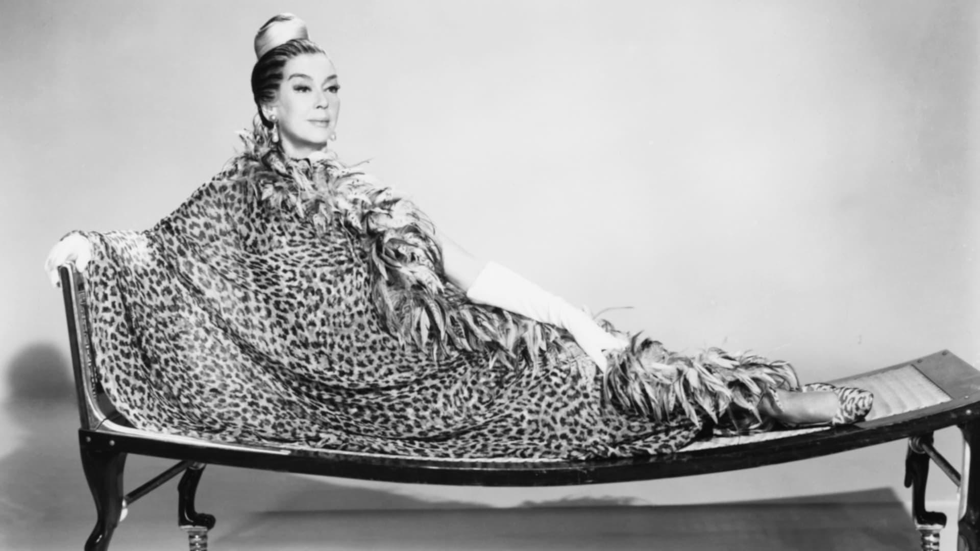 الممثلة روزاليند راسل ترتدي ثوب حرير من تصميم دار الأزياء غالانوس في جلسة تصوير ترويجية في العام 1967.