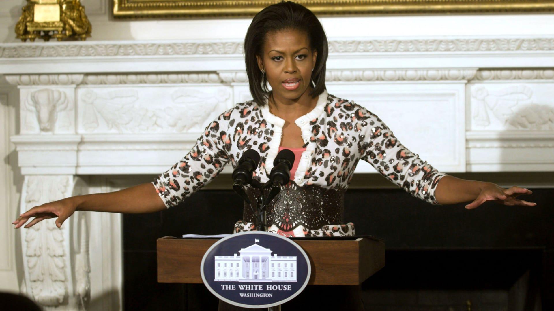 ميشيل أوباما ترتدي سترة بطبعة جلد الفهد في العام 2009.