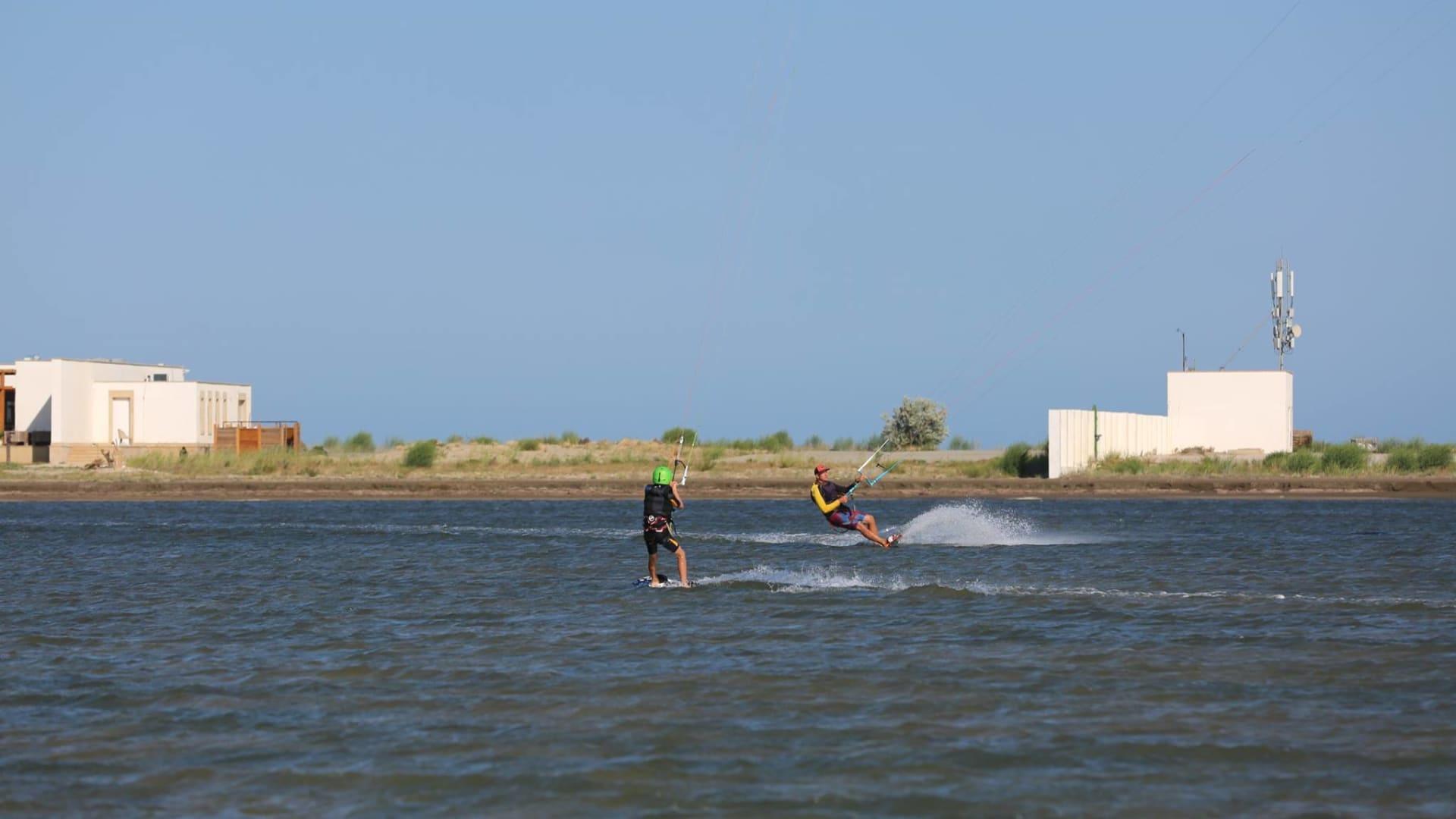 """استمتع بركوب الأمواج بالطائرة الورقية في شاطئ """"بلو بلانيت كايت"""" في أذربيجان."""