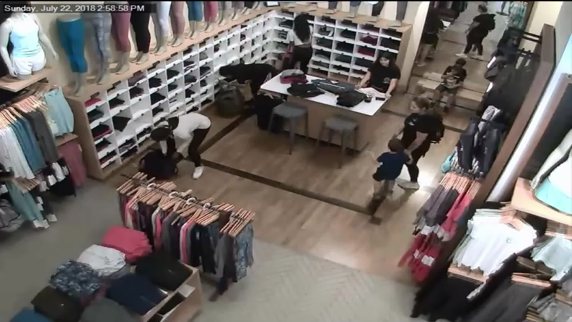 في غضون ثوان.. نساء يسرقن عدة أفرع لمتجر رياضي بأمريكا