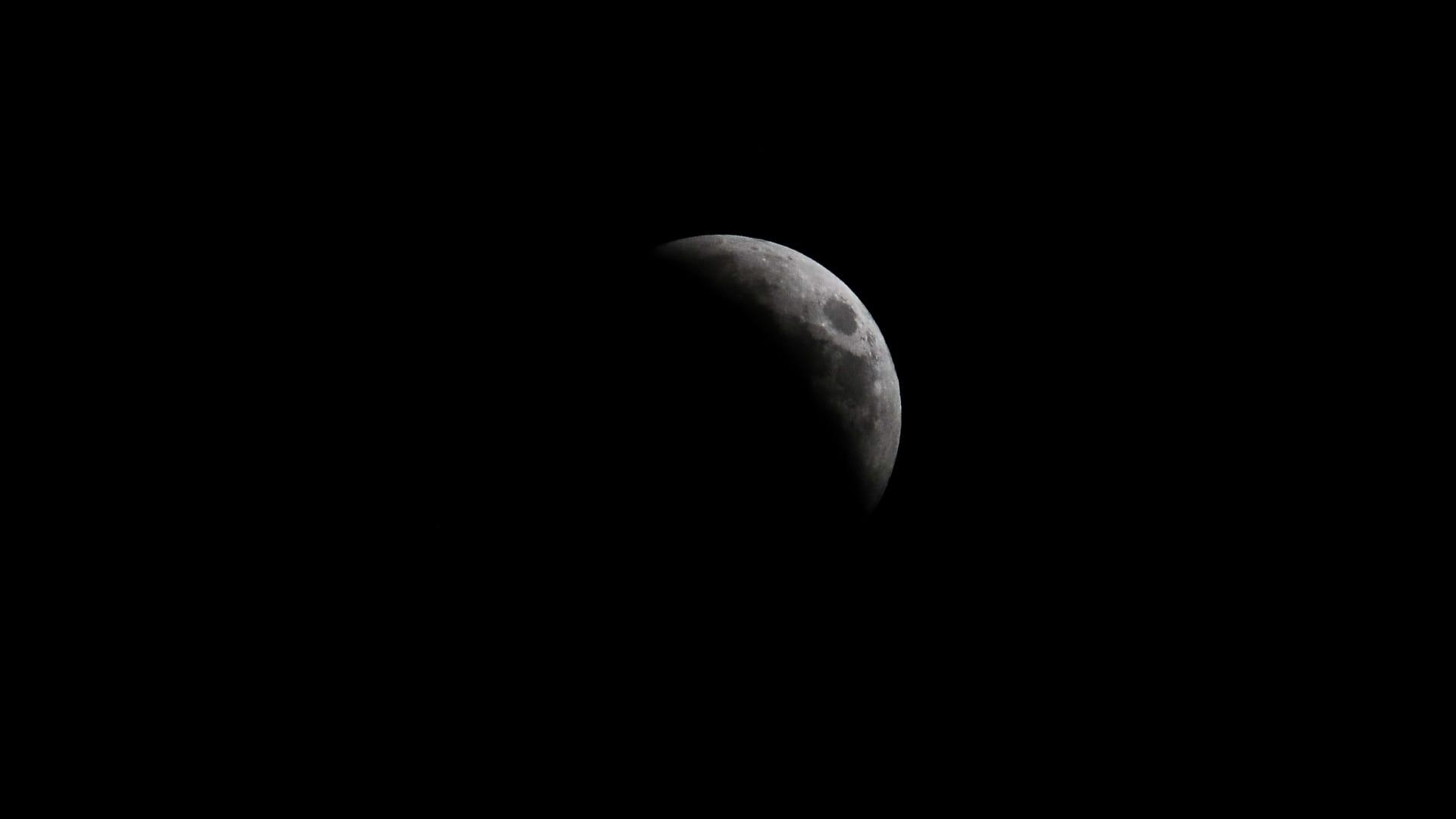 اكتسى باللون الأحمر.. شاهد أطول خسوف للقمر في القرن الحالي