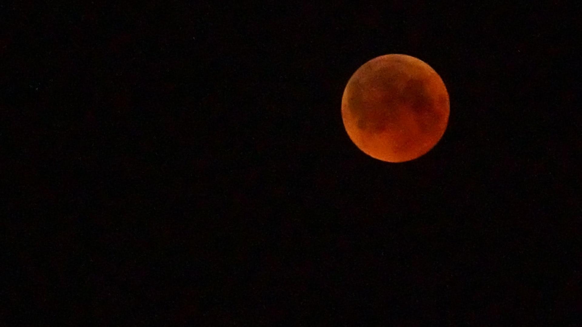 بالصور.. قصة ليلة رصد القمر الدموي في الإمارات