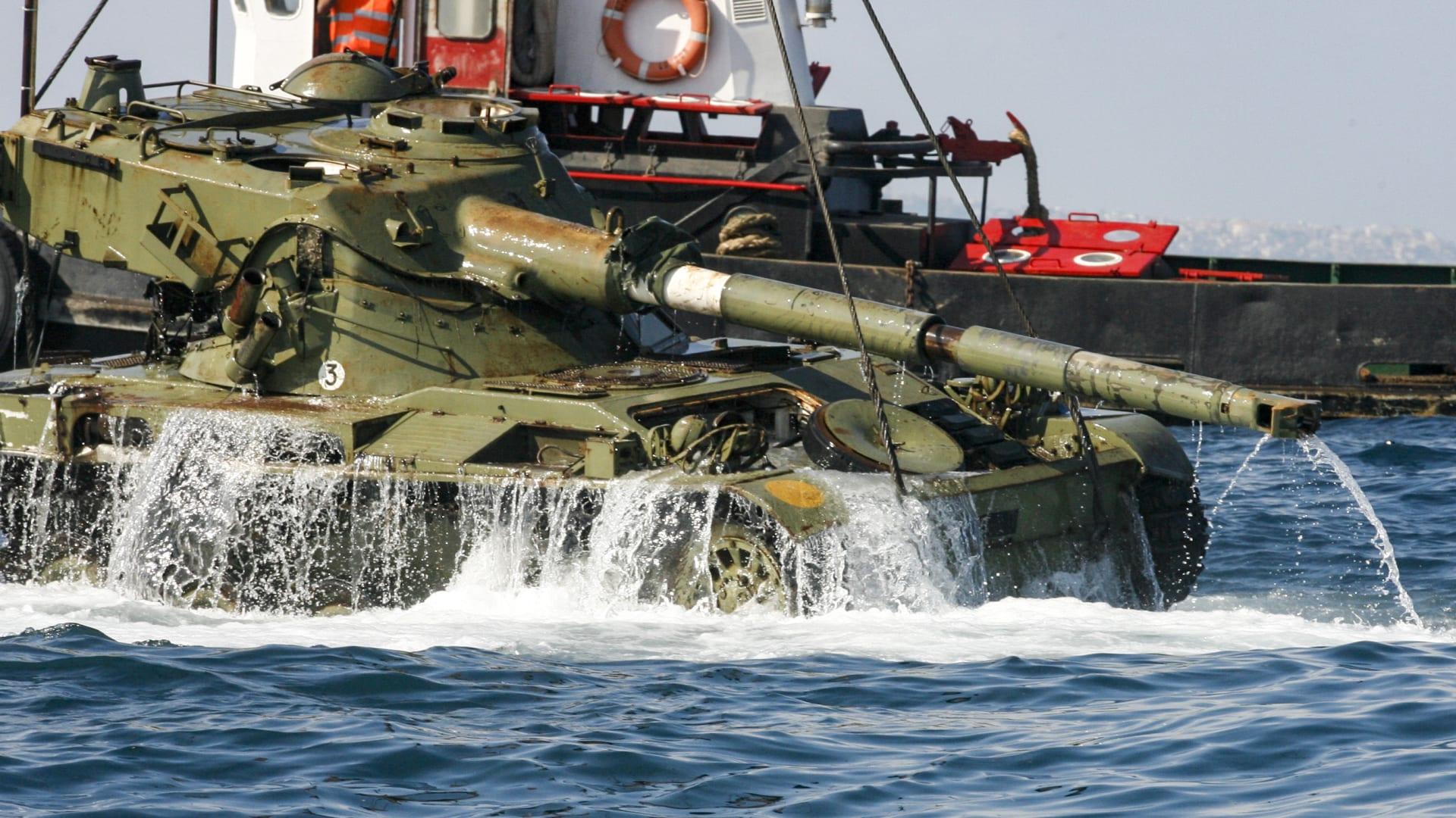 لماذا قام لبنان بإنزال دبابات في مياه البحر قبالة شواطئه؟