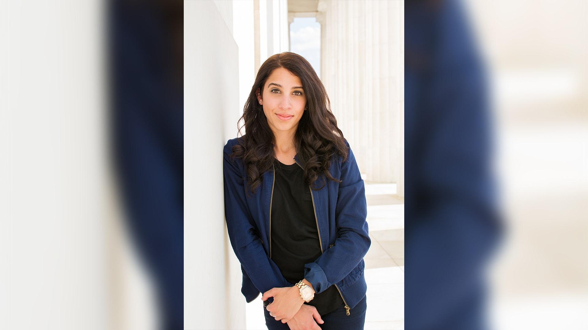 دانا، صحفيّة مقيمة في ميشيغان.