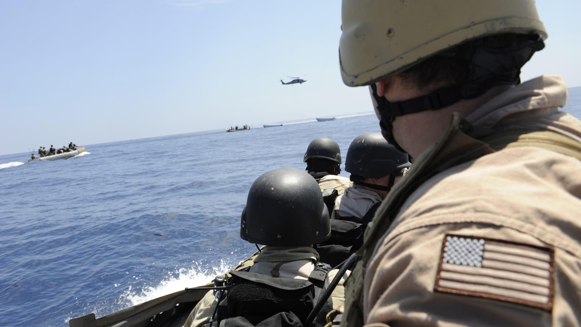 البحرية الأمريكية تضبط أكثر من ألف قطعة سلاح بقارب في خليج عدن